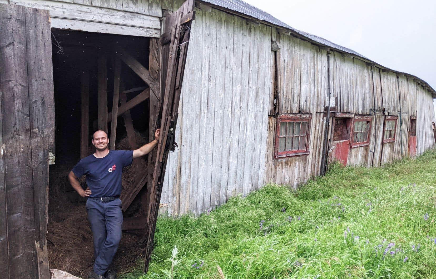 Bernard Lapointe a le projet de déménager une grange abîmée sur sa terre à bois pour la sauver de la démolition.