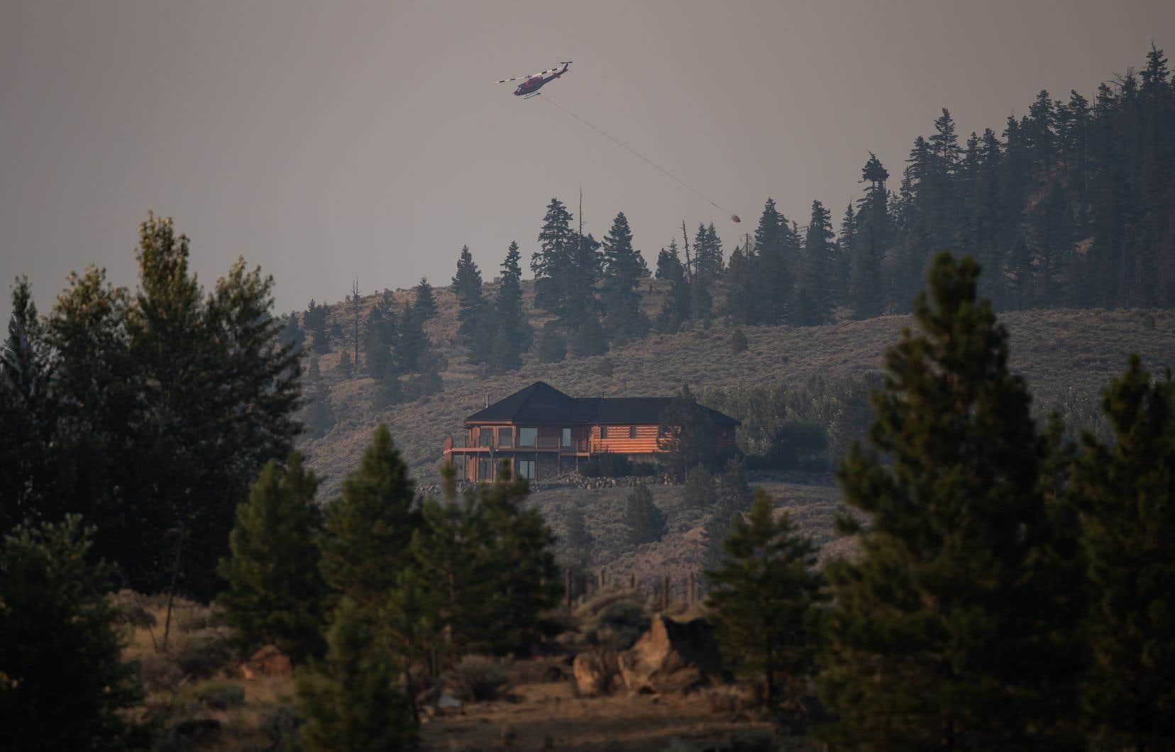 La province a maintenu 56 ordres d'évacuation, un de moins que vendredi après-midi. Quelque 5000 propriétés sont touchées.