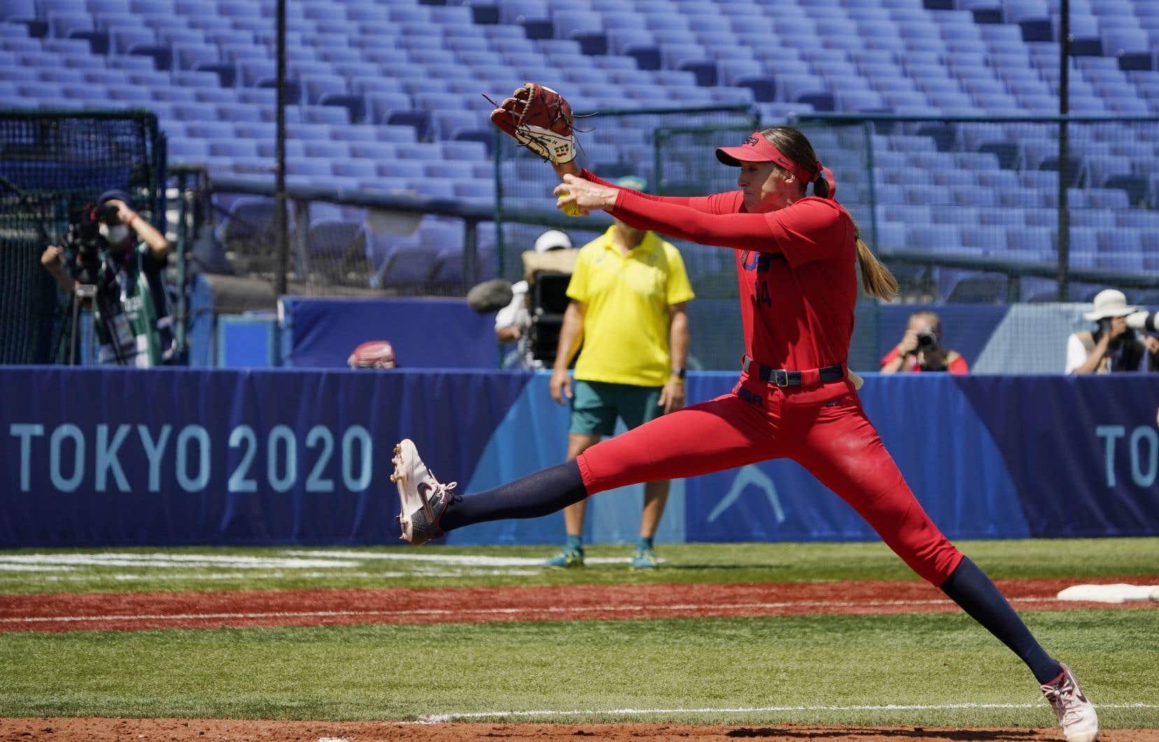 La façon de lancer de la joueuse de softball Monica Abbott ne suit aucune logique apparente.