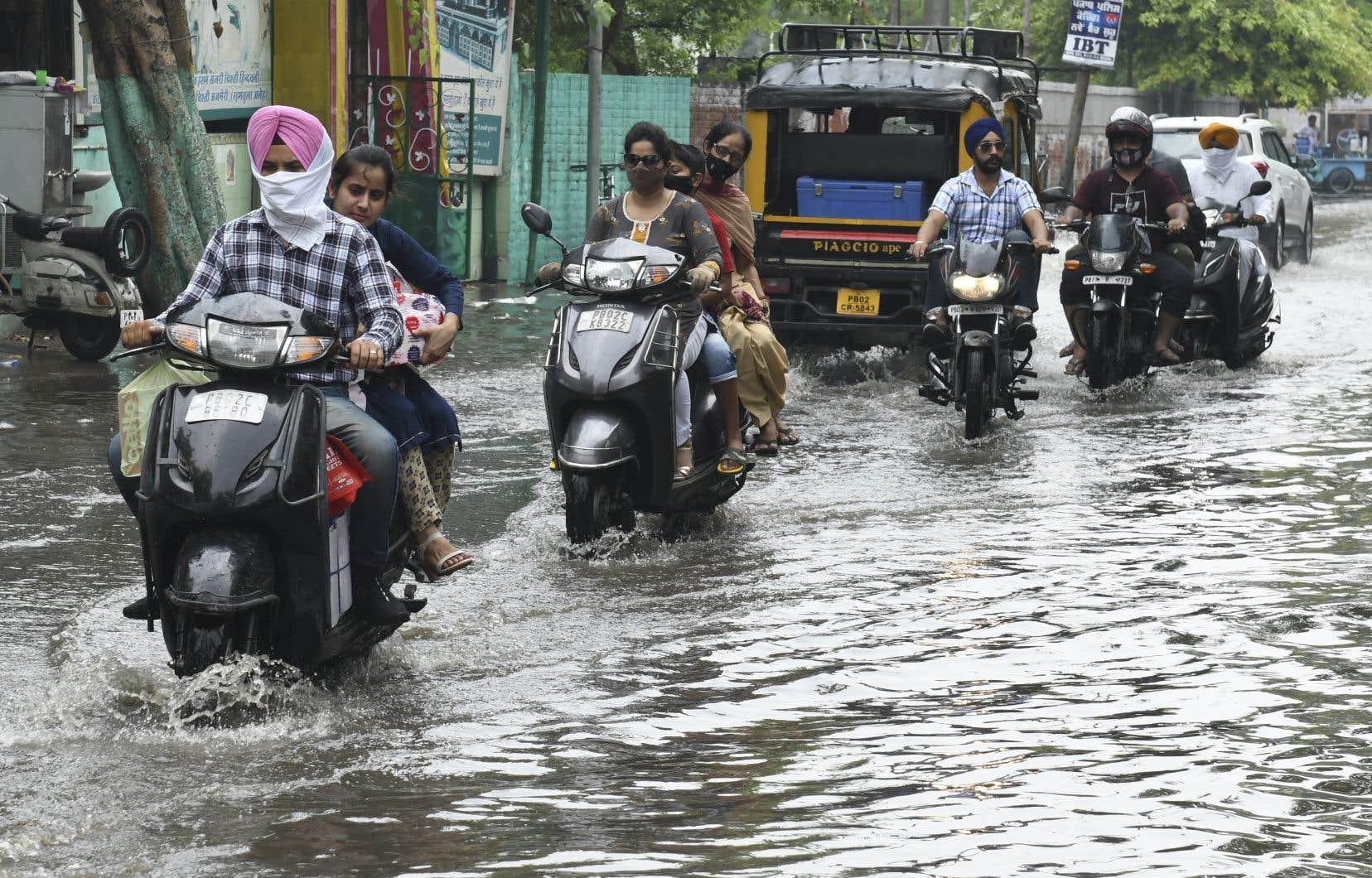 Dans certaines parties de la ville de Chiplun, toujours au sud de Bombay, le niveau de l'eau a atteint près de six mètres jeudi, après 24heures de pluies ininterrompues qui ont submergé routes et habitations.