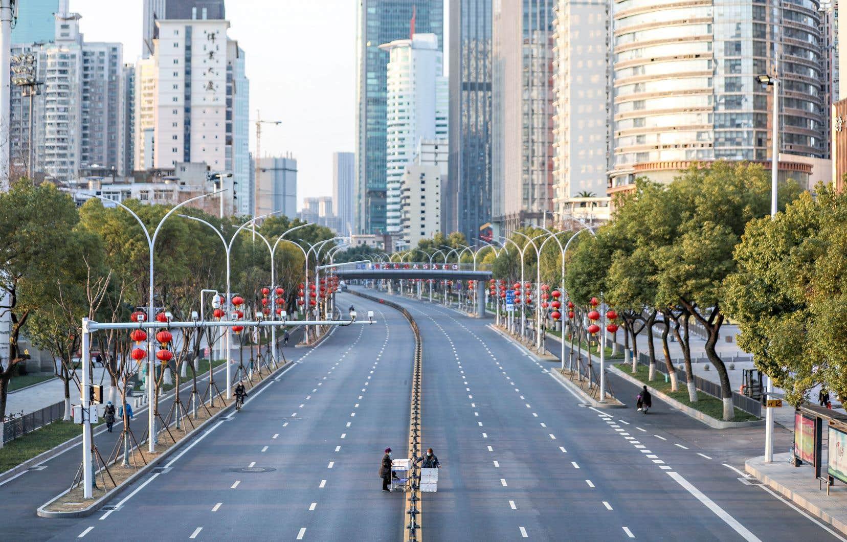 Sur cette photo datée du 20 février 2020, la ville de Wuhan, épicentre de la crise de la COVID-19, se trouvait en quarantaine. Dans son essai, Arnauld Miguet parle entre autres des rues désertes, de la ruée vers les masques et de la construction d'hôpitaux en un temps record. À ce moment-là, le nombre de morts en Chine était de 2236, la plupart dénombrés dans la province de Hubei, où se situe la ville de Wuhan.