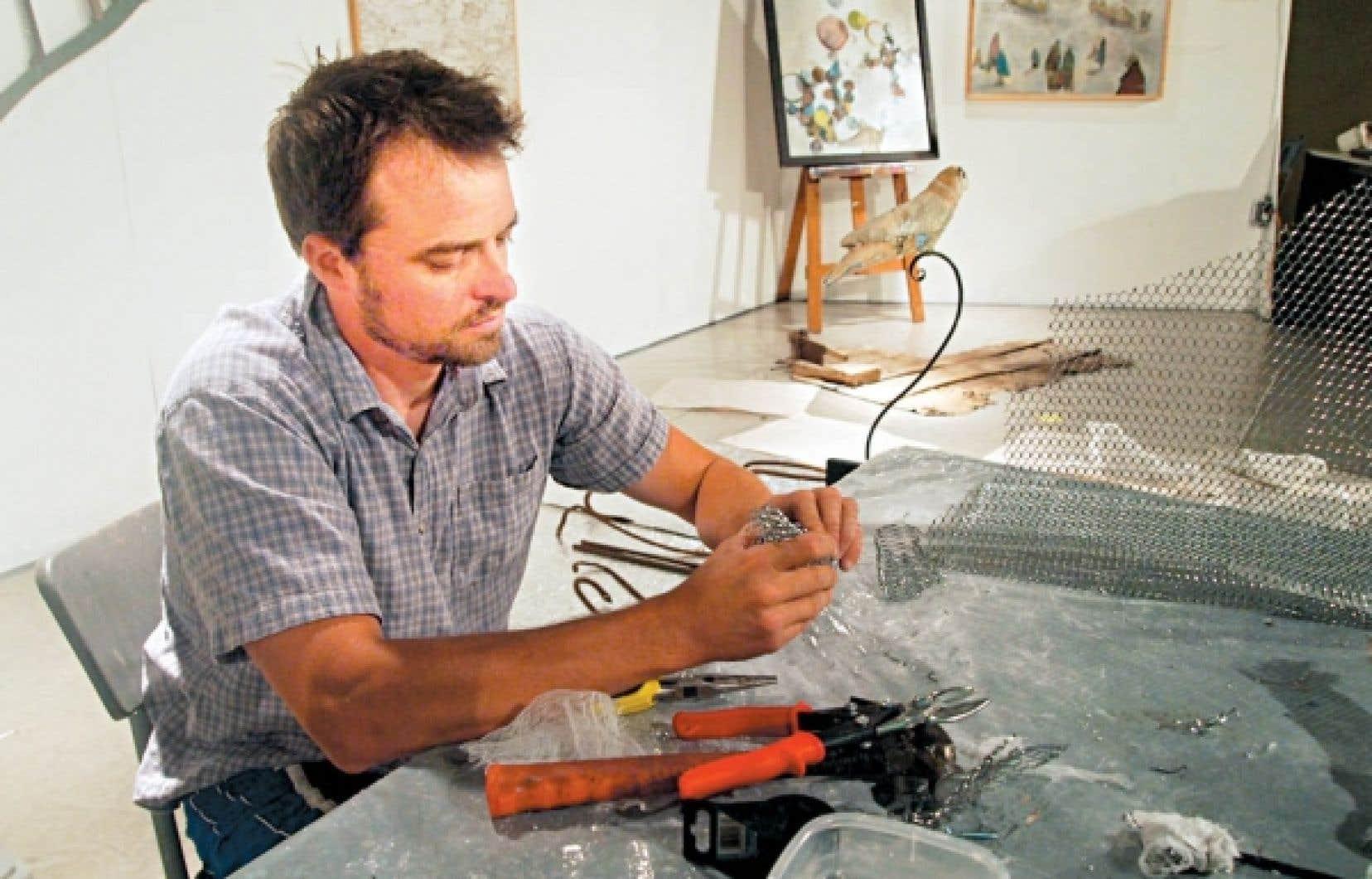 Le sculpteur et peintre Jimmy Perron, des Éboulements, au travail<br />