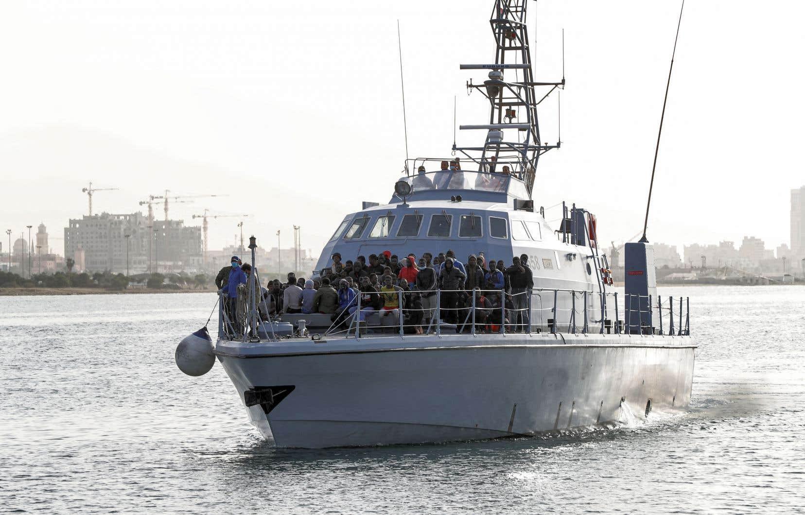 Les garde-côtes libyens ont rapatrié plus de 13000 personnes en Libye au premier semestre 2021, dépassant le chiffre total pour 2020, d'après le Haut-Commissariat des Nations unies pour les réfugiés.