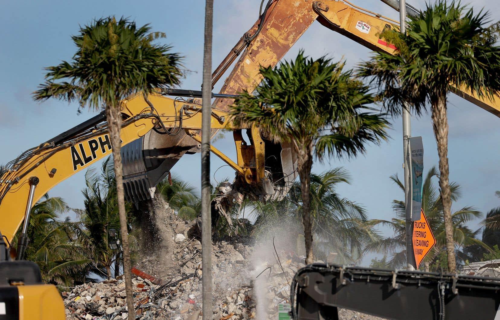 L'immeuble Champlain Towers South, donnant sur le front de mer de Surfside, au nord de Miami Beach, s'est partiellement effondré le 24juin au beau milieu de la nuit.
