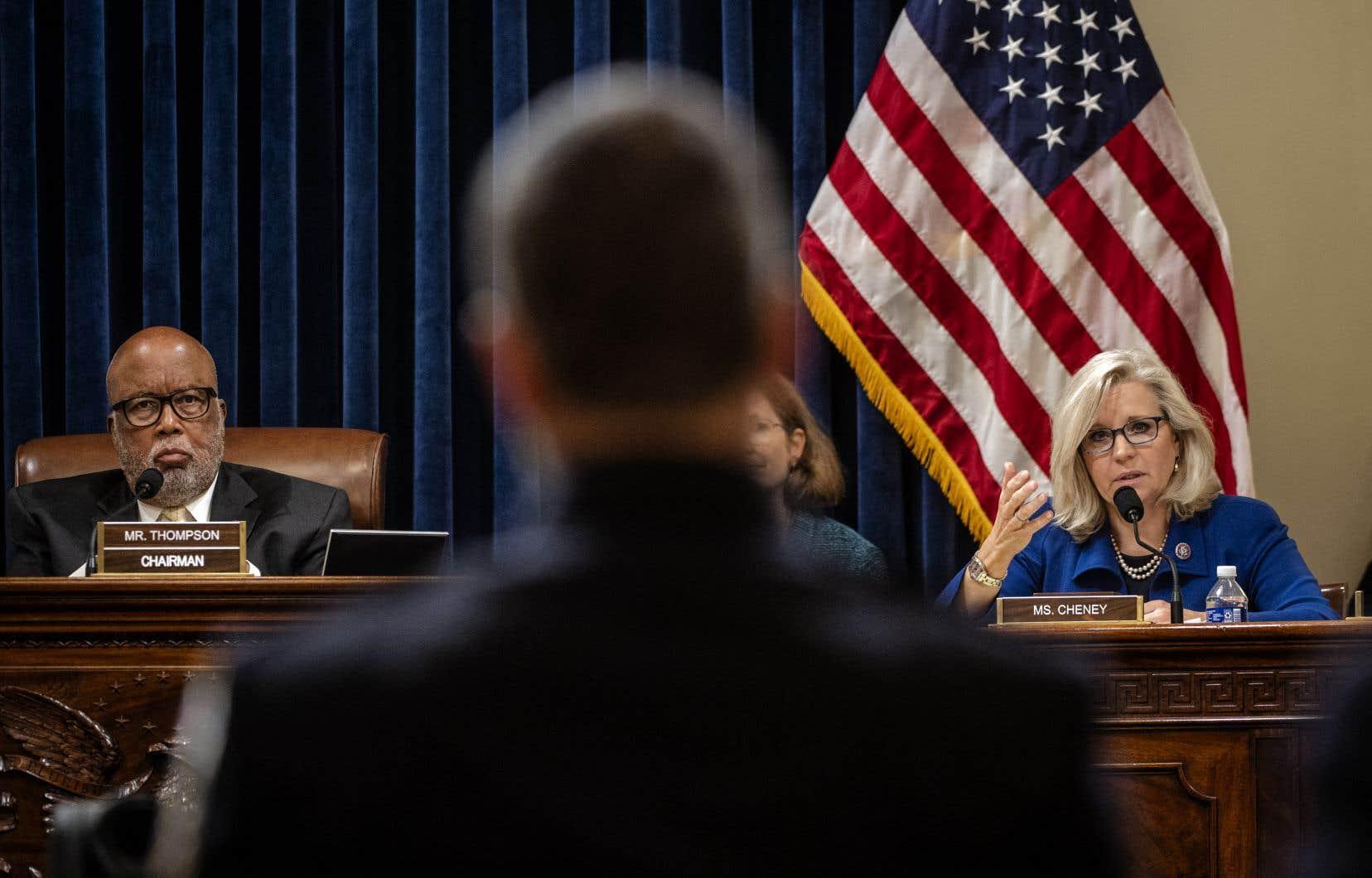 L'élu démocrate Bennie Thompson, qui dirige les travaux, etsa consœur républicaine Liz Cheney, écoutent un témoignage.