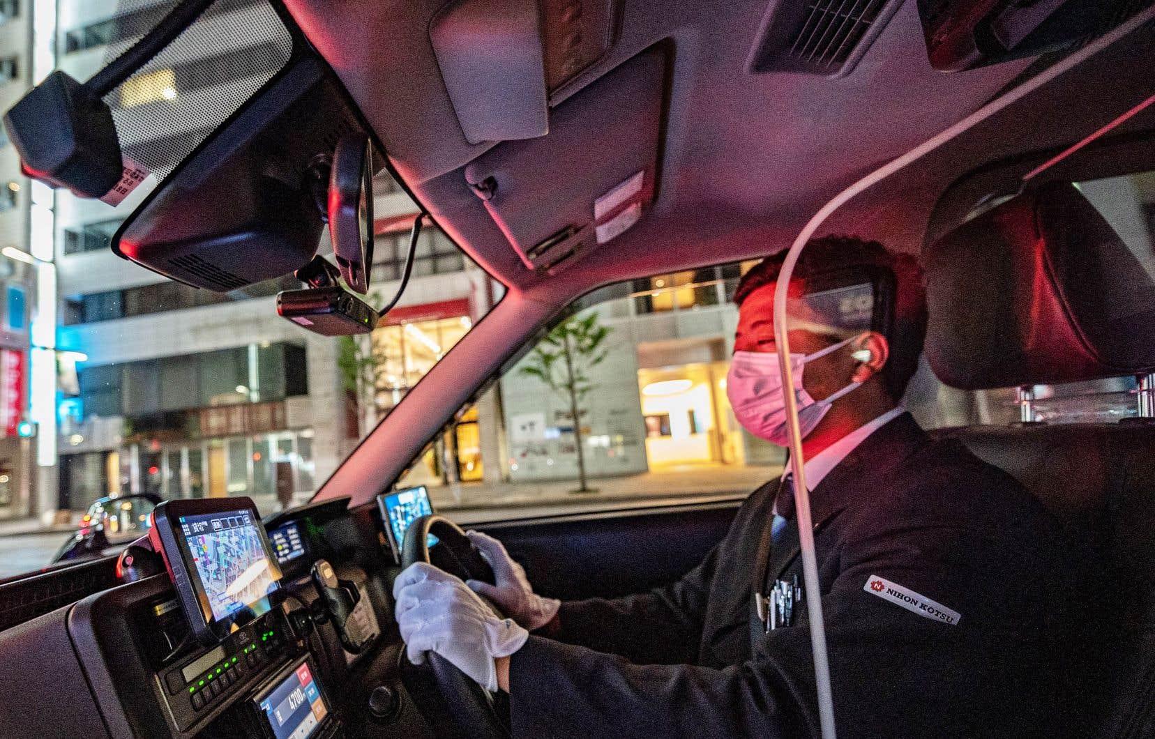 À Tokyo, le tenue des chauffeurs de taxi contraste par rapport à nos références occidentales: complet gris foncé, chemise blanche bien repassée et gants blancs, comme le majordome d'un manoir qui serait sur quatre roues.