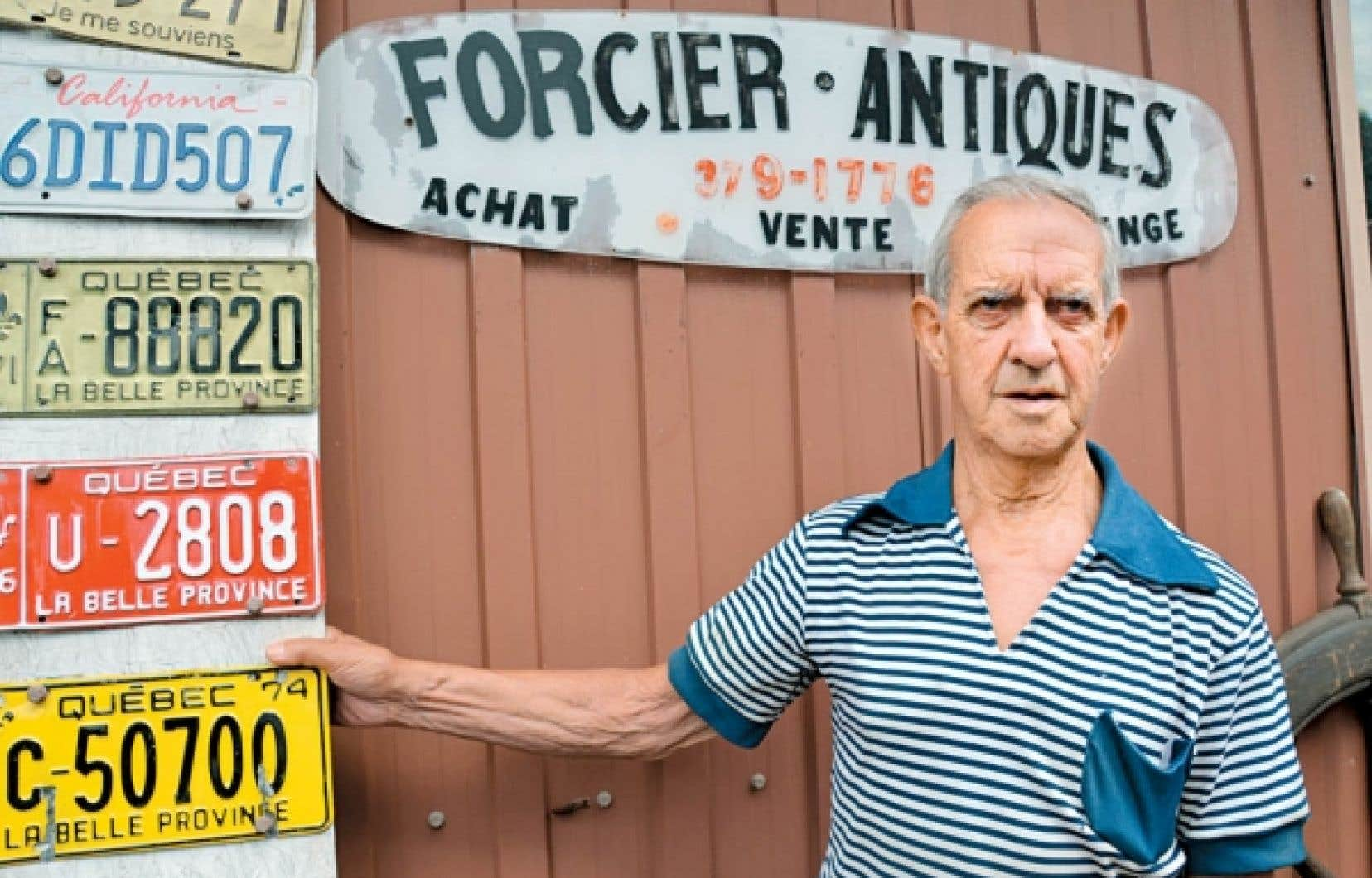 Gaétan Forcier, devant sa boutique, située à l'angle des rues Sainte-Cécile et des Ursulines, dans le Vieux-Trois-Rivières.<br />