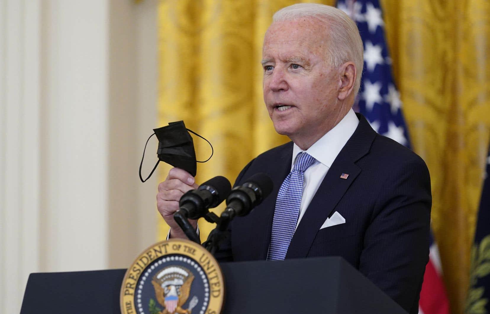 Joe Biden suit de toutes fraîches recommandations des autorités sanitaires américaines, selon lesquelles même les Américains vaccinés doivent remettre des masques s'ils se trouvent dans des zones où la circulation du virus est importante.