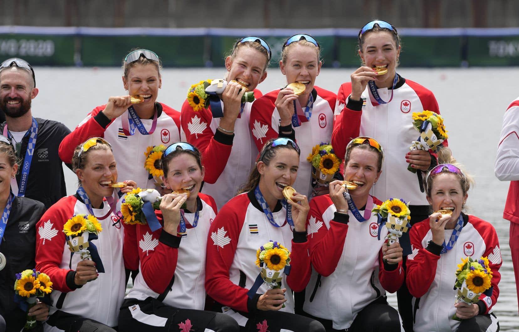 Les médaillées d'or Lisa Roman, Kasia Gruchalla-Wesierski,  Christine Roper, Andrea Proske, Susanne Grainger, Madison Mailey, Sydney Payne, Avalon Wasteneys et Kristen Kit du Canada ont  remporté le huit d'aviron féminin vendredi.