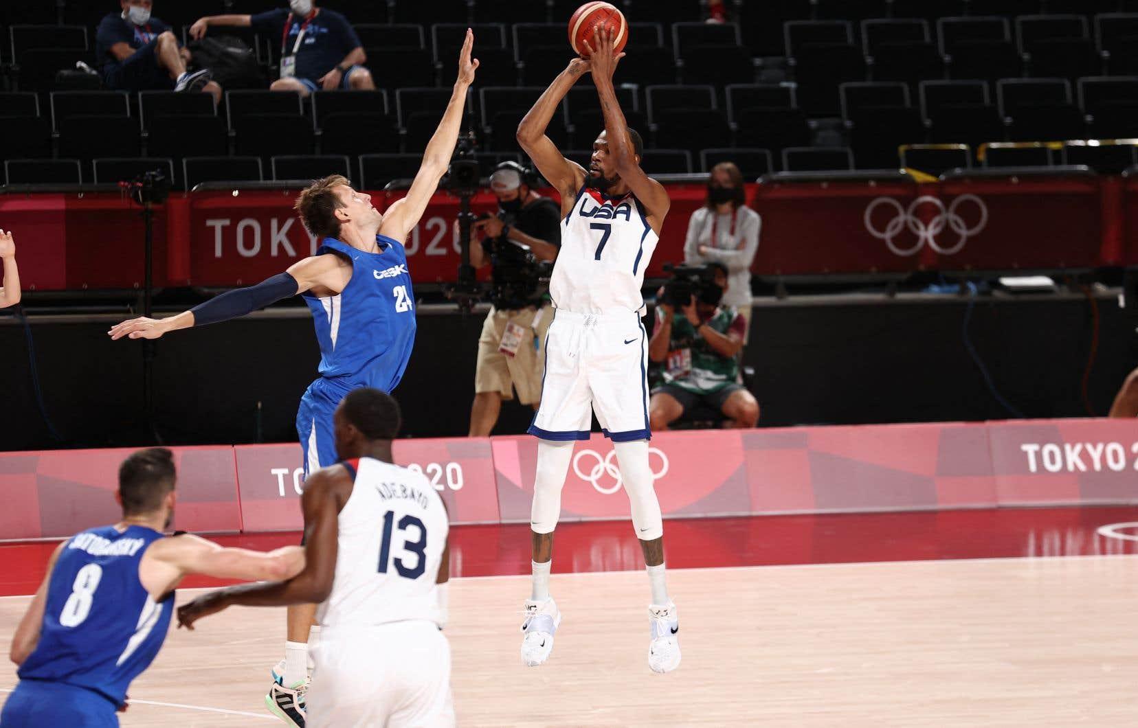 Le basketteur vedette Kevin Durant (numéro 7), pendant le match de tour préliminaire opposant les équipes olympiques masculines des États-Unis et de la République tchèque