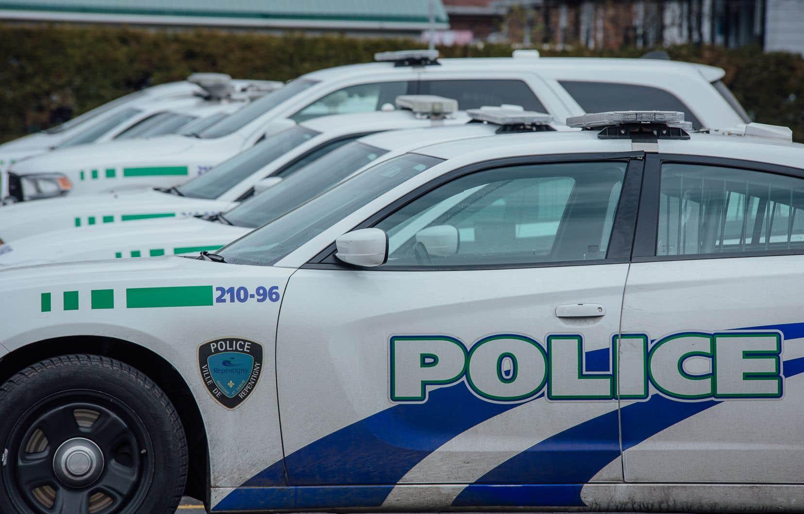 «Les policiers auraient tenté de verbaliser avec le sujet qui aurait pris la fuite à pied. Ce dernier aurait eu en sa possession un couteau et se serait montré menaçant envers les policiers», indique le communiqué du BEI.