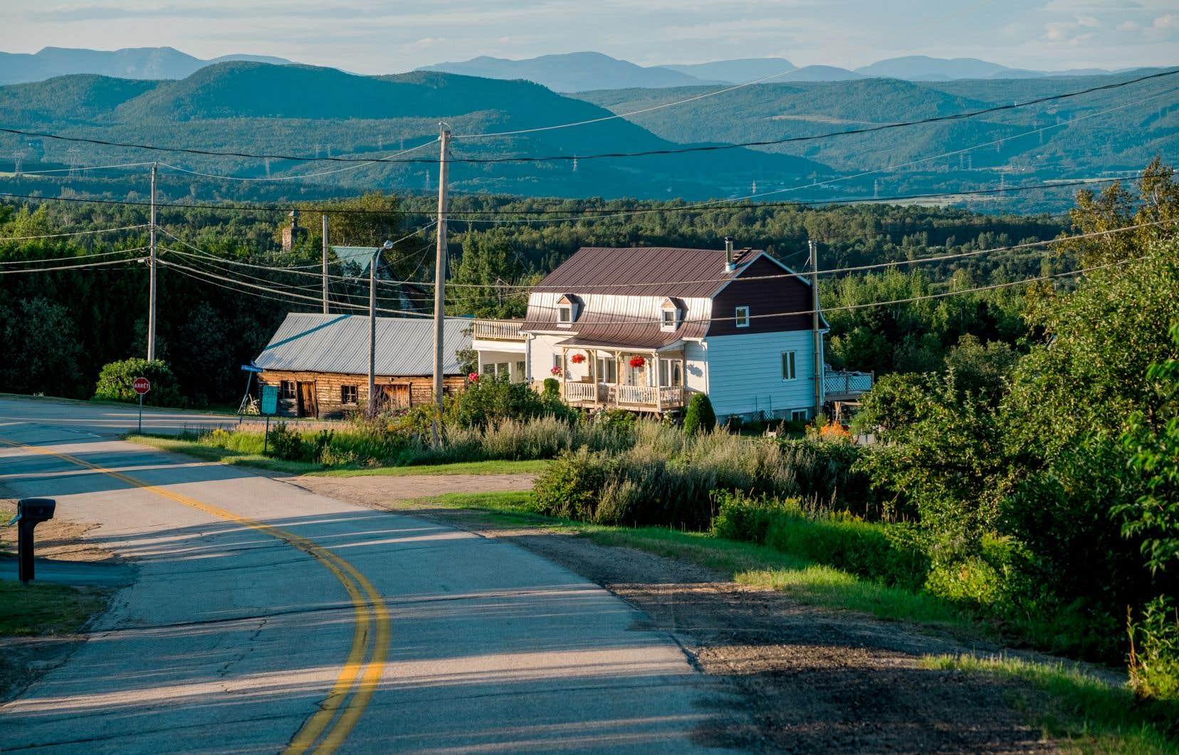 Le tourisme est l'une des activités économiques importantes de Baie-Saint-Paul, notamment avec le Festif qui se déroule en été et qui attire nombre de touristes. Mais la ville a maintenant comme défi d'attirer plus de résidents, un défi qui pourrait se buter au manque de logements.