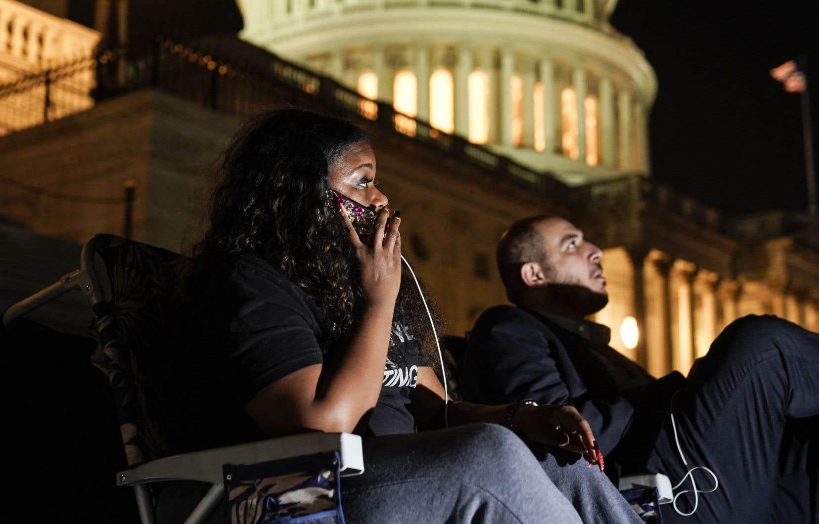 De jeunes activistes ont passé la nuit sur les marches du Capitole pour demander de prolonger encore le moratoire.