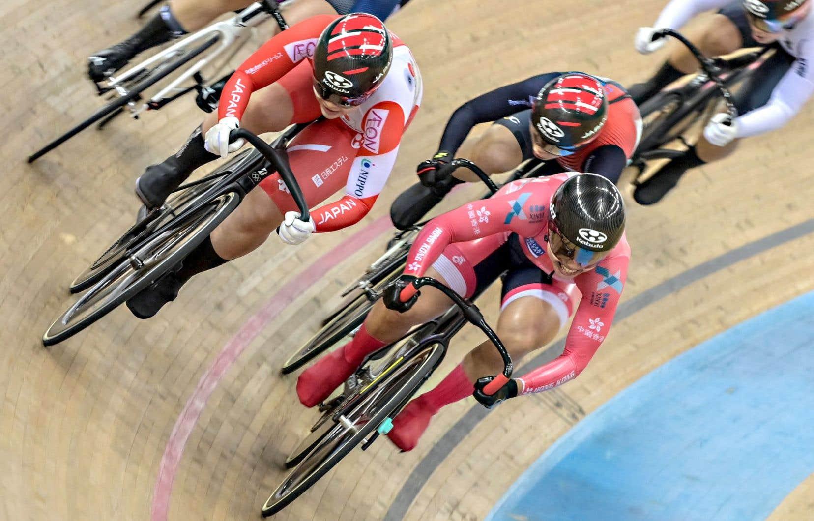 Plus stratégique que le sprint, le keirin oblige les coureurs lancés à près de 80 km/h à garder un œil sur cinq concurrents en même temps au lieu d'un seul.