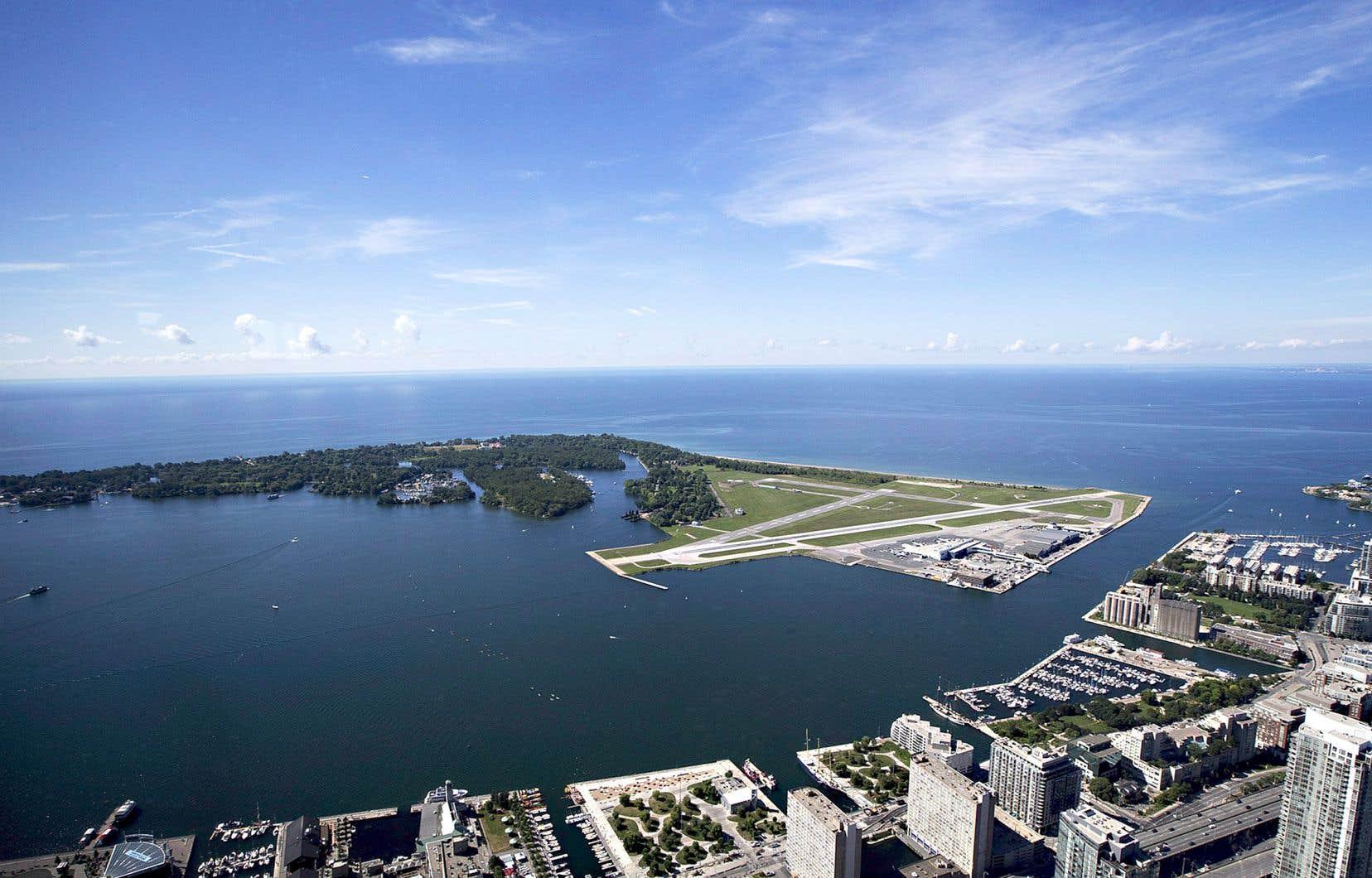L'aéroport Billy-Bishop a eu à s'adapter aux demandes de ses voisins. «Les avions à réaction ne volent pas [au centre-ville de Toronto] en raison des plaintes pour le bruit», explique l'urbaniste Antonio Gómez-Palacio, associé au cabinet torontois Dialog. Le bon voisinage a aussi eu raison du plan d'allongement de la piste d'atterrissage proposé par Porter Airlines en 2013.