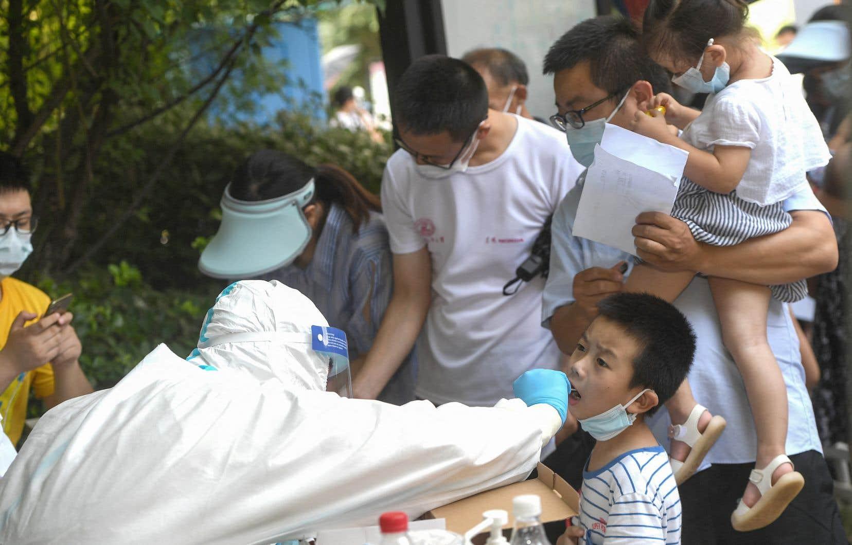 La Chine, où l'épidémie a fait son apparition fin 2019, à Wuhan, pensait avoir pratiquement éradiqué le virus.