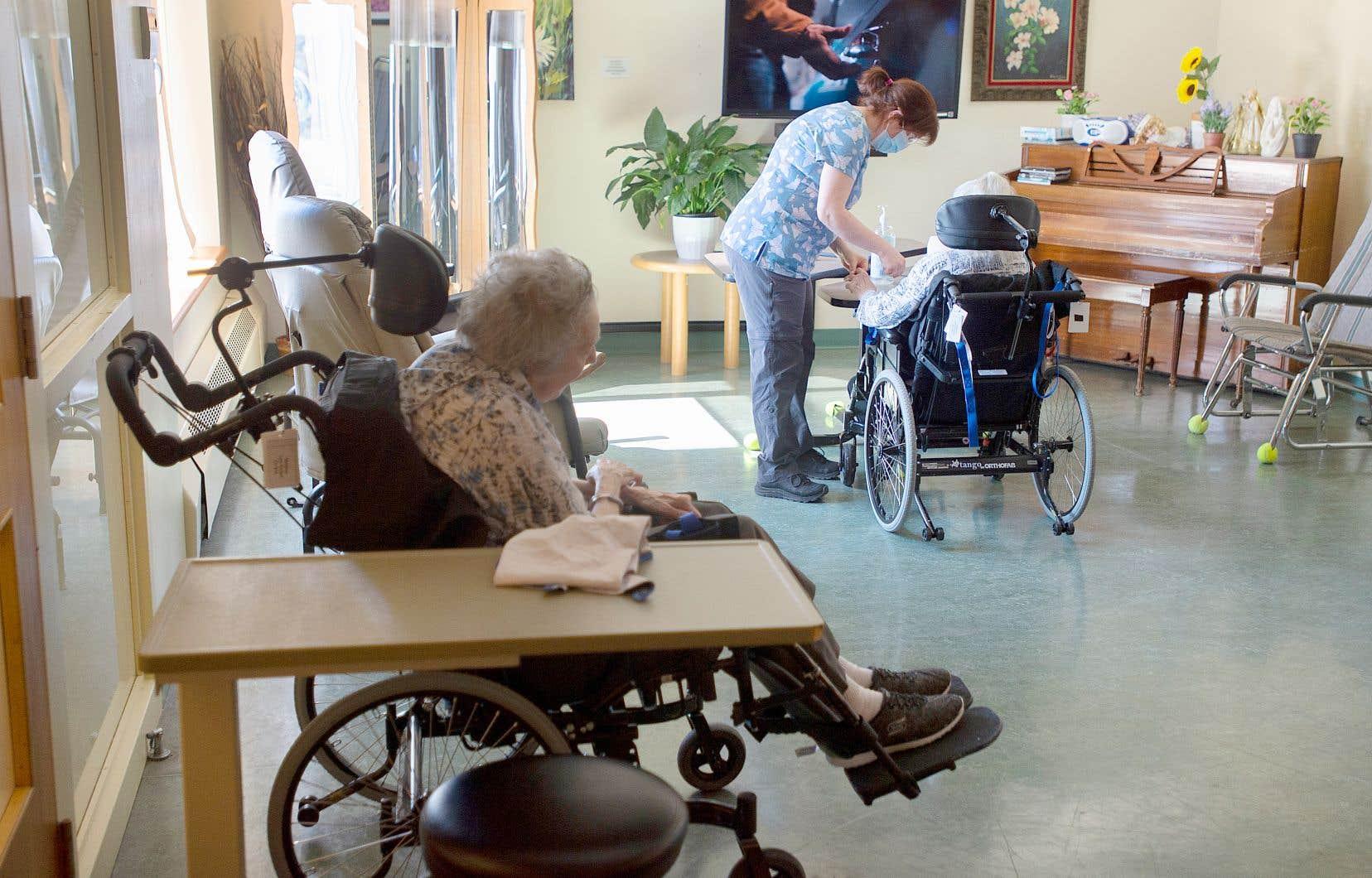 Les gouvernements devraient investir 13,7milliards pour en finir avec les listes d'attente, bonifier le salaire et les avantages sociaux du personnel, augmenter le nombre d'heures de soins par jour aux résidents et élargir les soins à domicile.