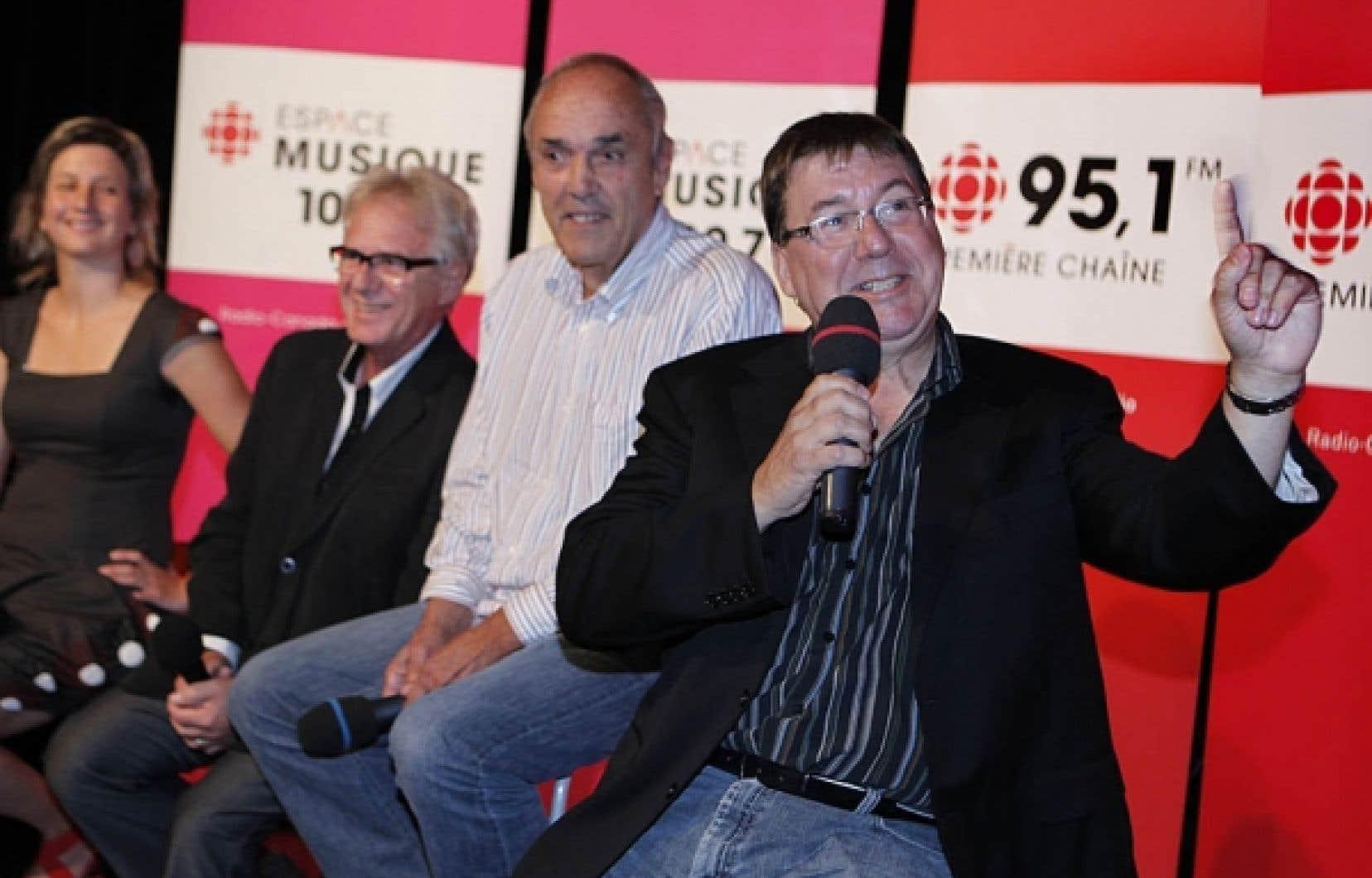 Rémy Girard, une nouvelle voix au micro (Tout un cinéma), devant deux vétérans des ondes à la barre de nouvelles émissions: Claude Saucier (Que sera sera) à droite et Jacques Beaulieu (Sur la route). Ils symbolisent l'équilibre trouvé dans la programmation d'Espace Musique de Radio-Canada.