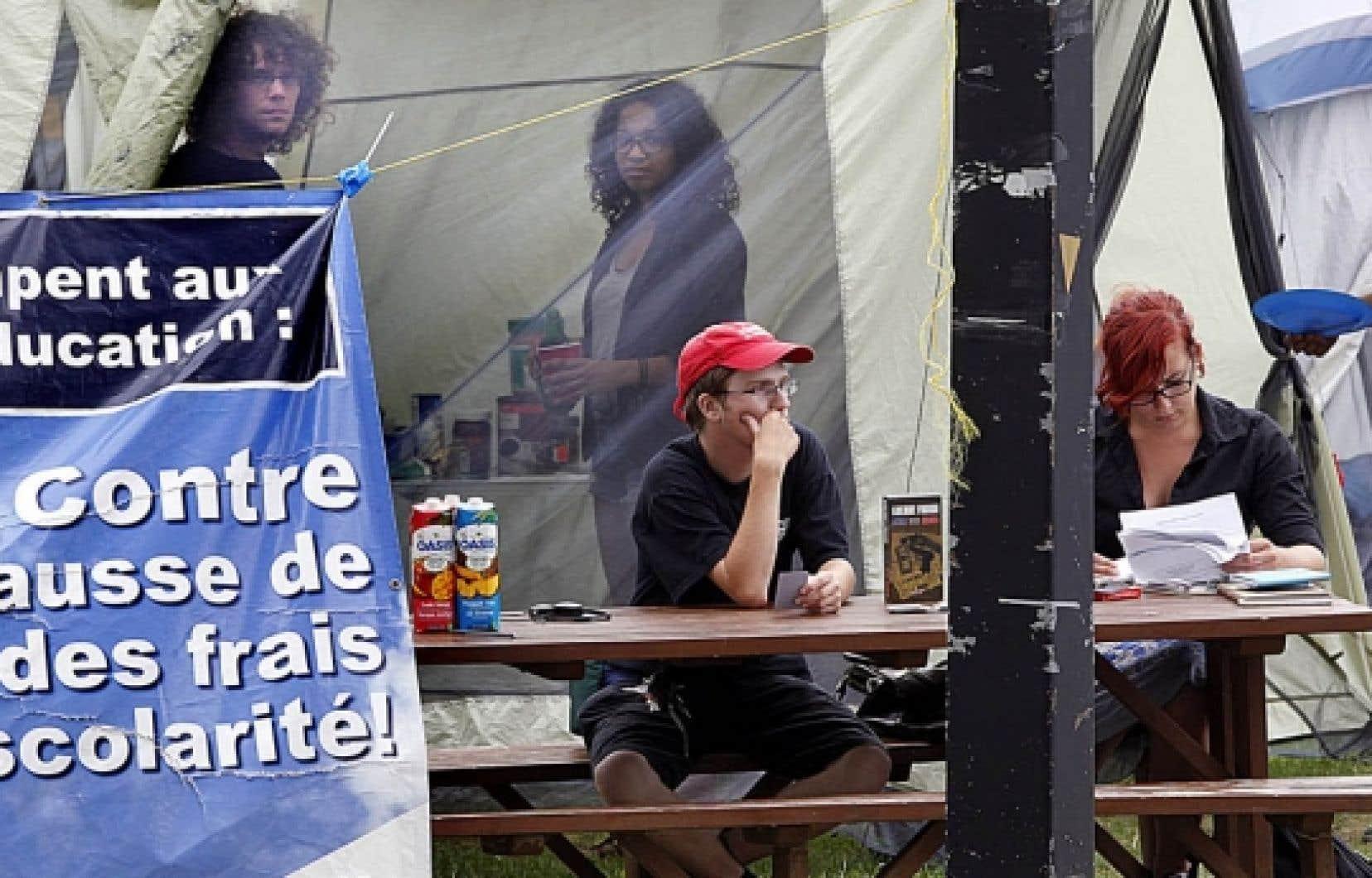 Contre la hausse des droits de scolarité L'été n'aura pas réussi à atténuer la colère des étudiants à l'égard de la hausse annoncée des droits de scolarité. Après avoir campé toutes les fins de semaine de la belle saison devant les bureaux du ministère de l'Éducation, rue Fullum, à Montréal, les étudiants préparent la contre-attaque de la rentrée. Ils intensifient cette semaine leur camping militant (notre photo) où ils recevront la visite de personnalités des milieux syndical et politique, tout en promettant un automne chaud, ponctué d'actions militantes et de manifestations.