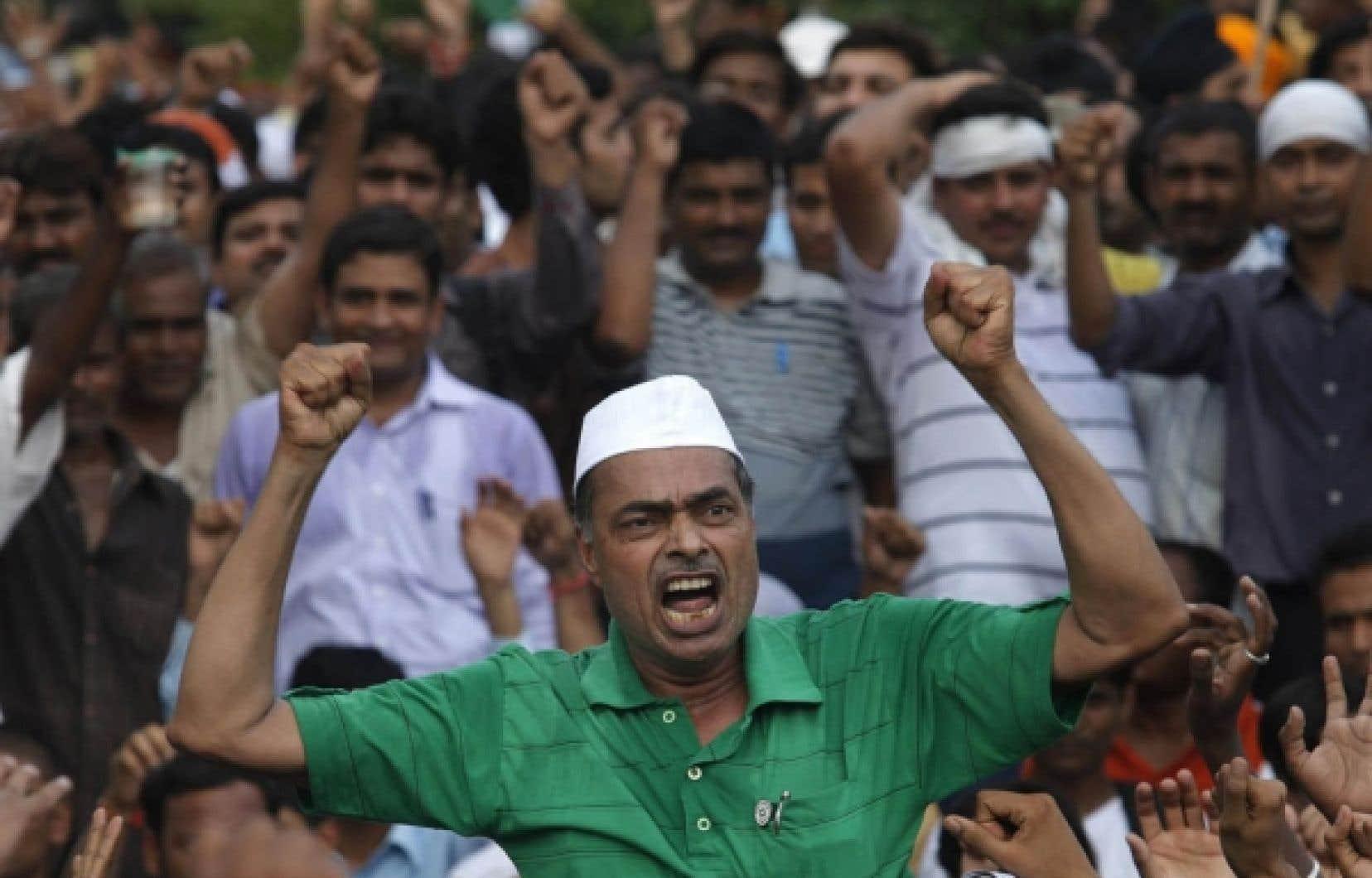Un partisan d'Anna Hazare hier, à Delhi<br />
