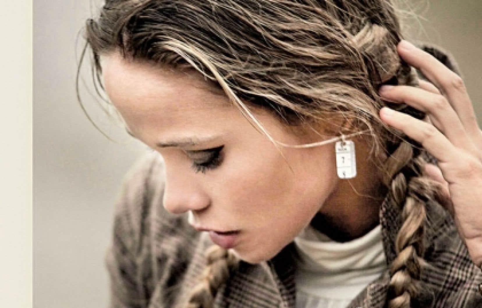 En plus d'accessoires créés à partir de ceintures de sécurité de voitures, ChikiboOm conçoit des boucles d'oreille avec des rubans à mesurer et des montres dont le bracelet est en cuir recyclé.