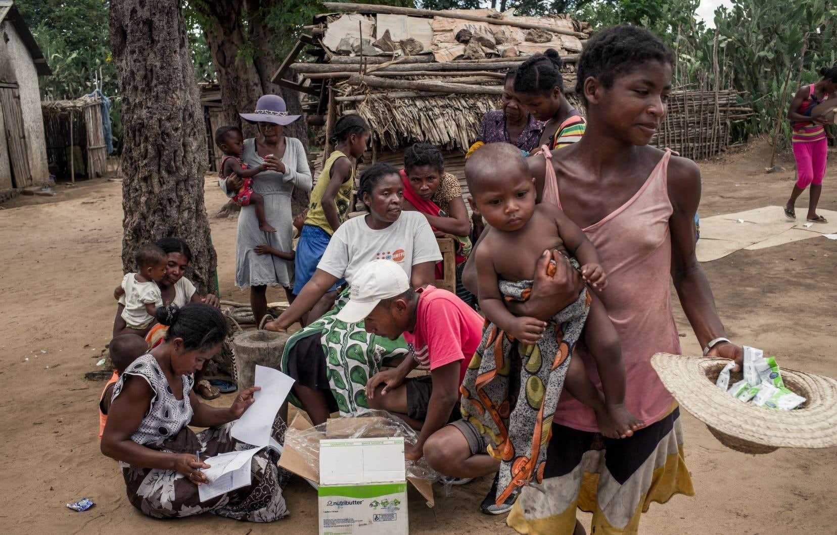 Des villageois malgaches participant à un programme de distribution de suppléments alimentaires aux enfants