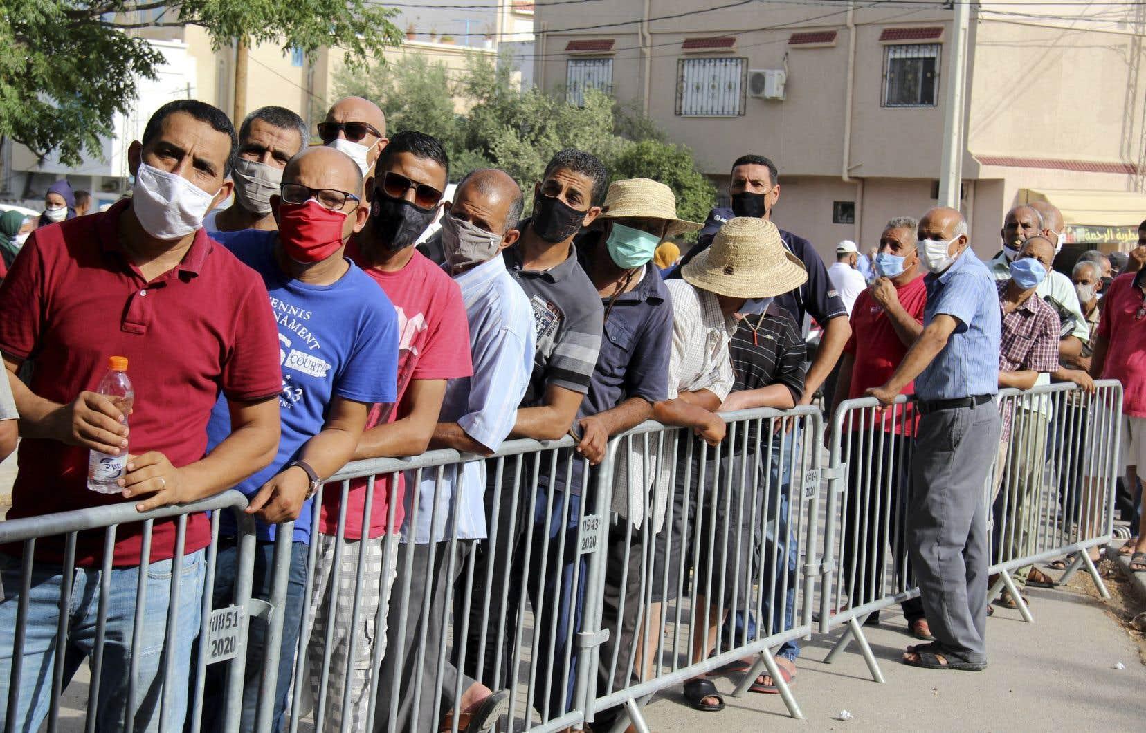 Avec les millions de dons de vaccins qui ont afflué ces dernières semaines, la Tunisie espère vacciner environ 50% de sa population d'ici la mi-octobre, selon les autorités.