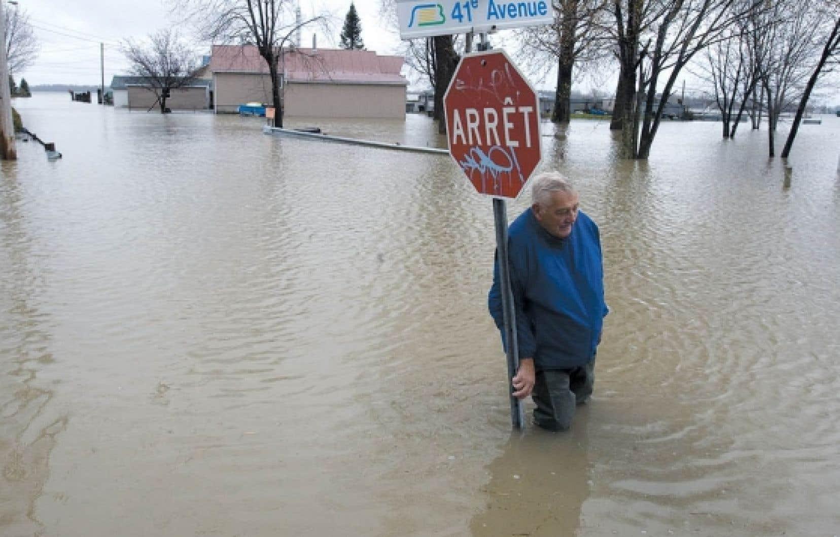 La reconstruction à l'identique vient d'être autorisée dans la zone à haut risque d'inondation du Richelieu. Sur la photo: Saint-Blaise-sur-Richelieu inondé, en mai dernier.<br />