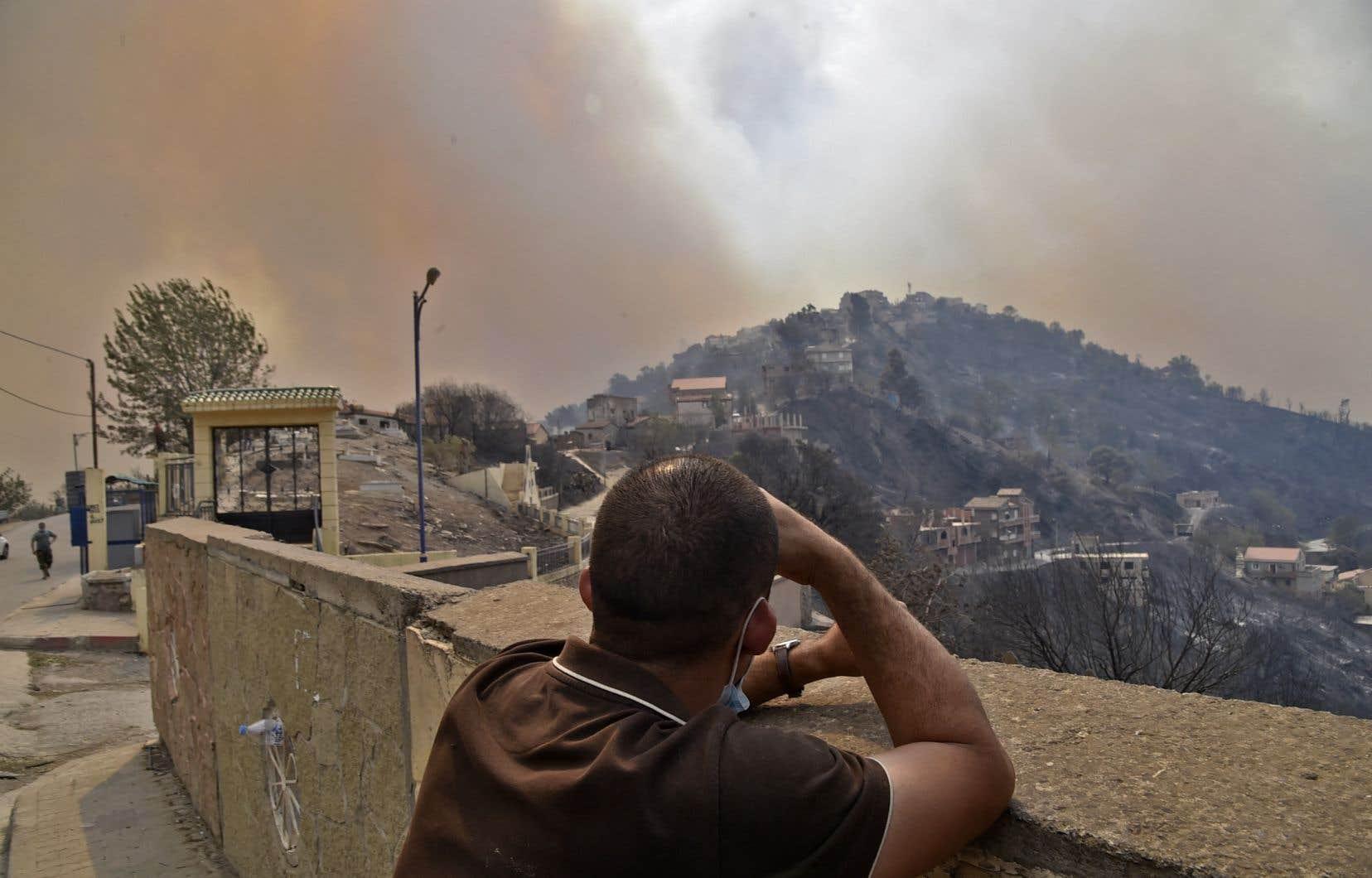 Selon le  porte-parole  de la protection  civile, Nassim Barnaoui,  69 foyers  d'incendie étaient encore actifs mercredi dans 17 districts, notamment dans celui de Tizi  Ouzou, qui a  enregistré  le plus de pertes humaines.