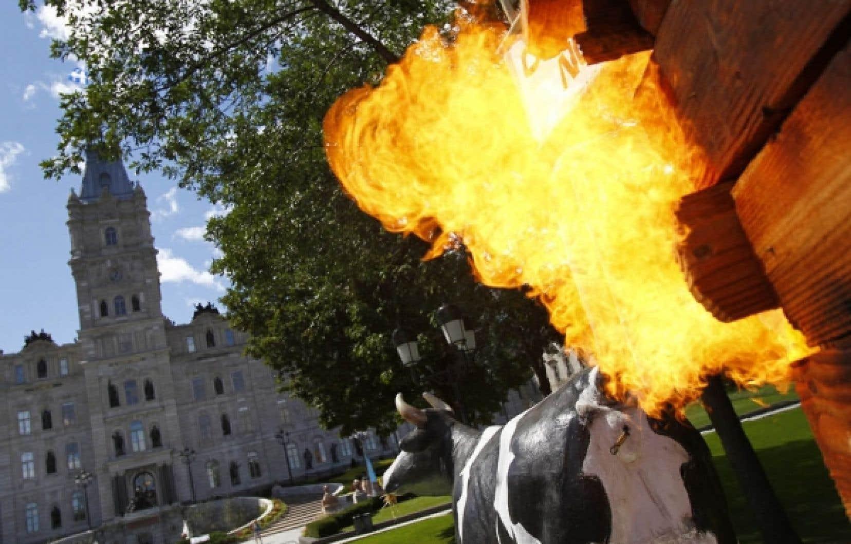 Les opposants à l'exploitation des gaz de schiste n'ont pas manqué de rappeler une déclaration de la ministre des Ressources naturelles selon laquelle une vache émettait plus de CO2 qu'un puits de gaz de schiste.<br />