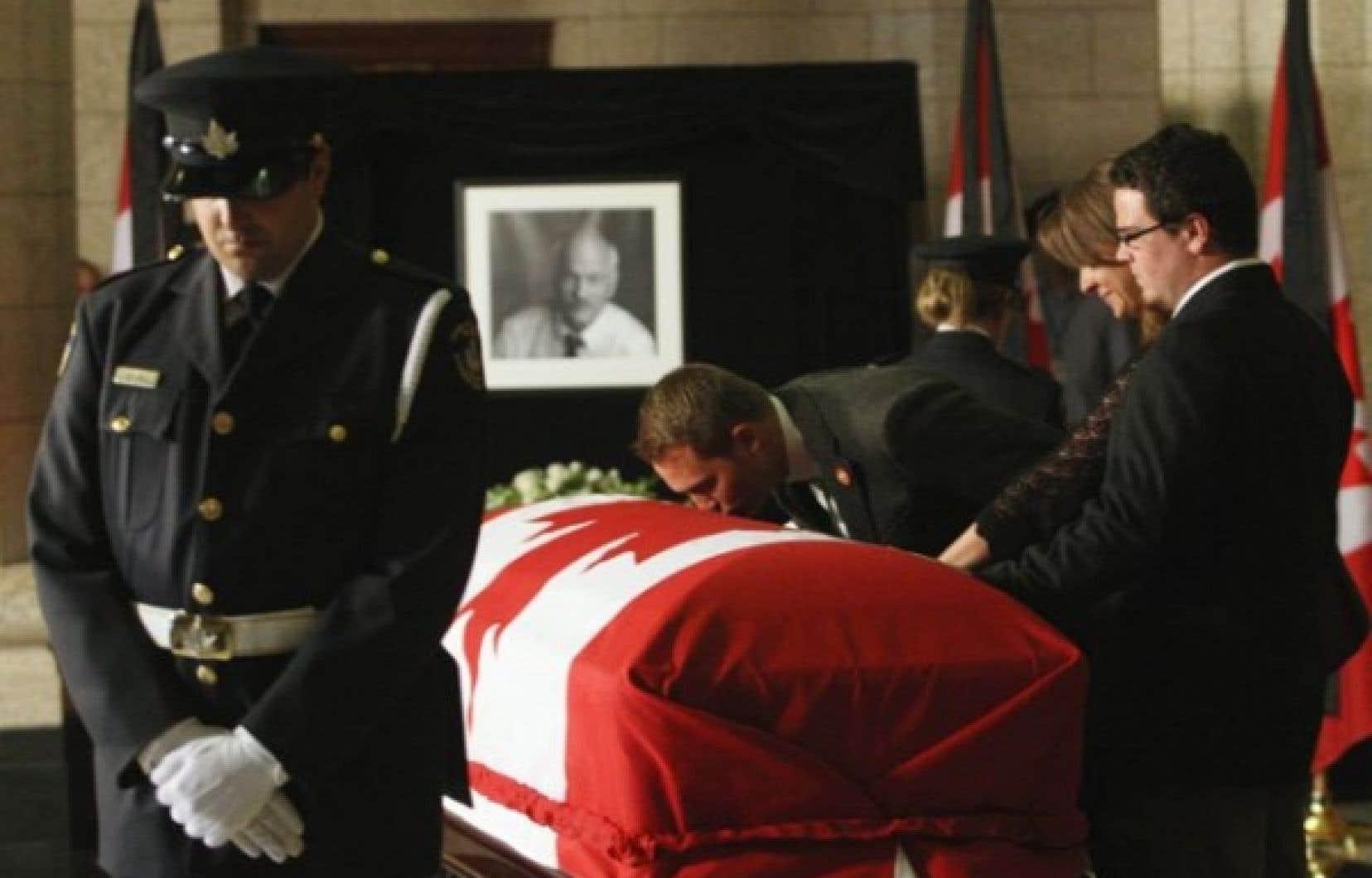 La dépouille de Jack Layton est arrivée sur la colline parlementaire, où elle est exposée afin que ses collègues et le public puissent lui rendre un dernier hommage.