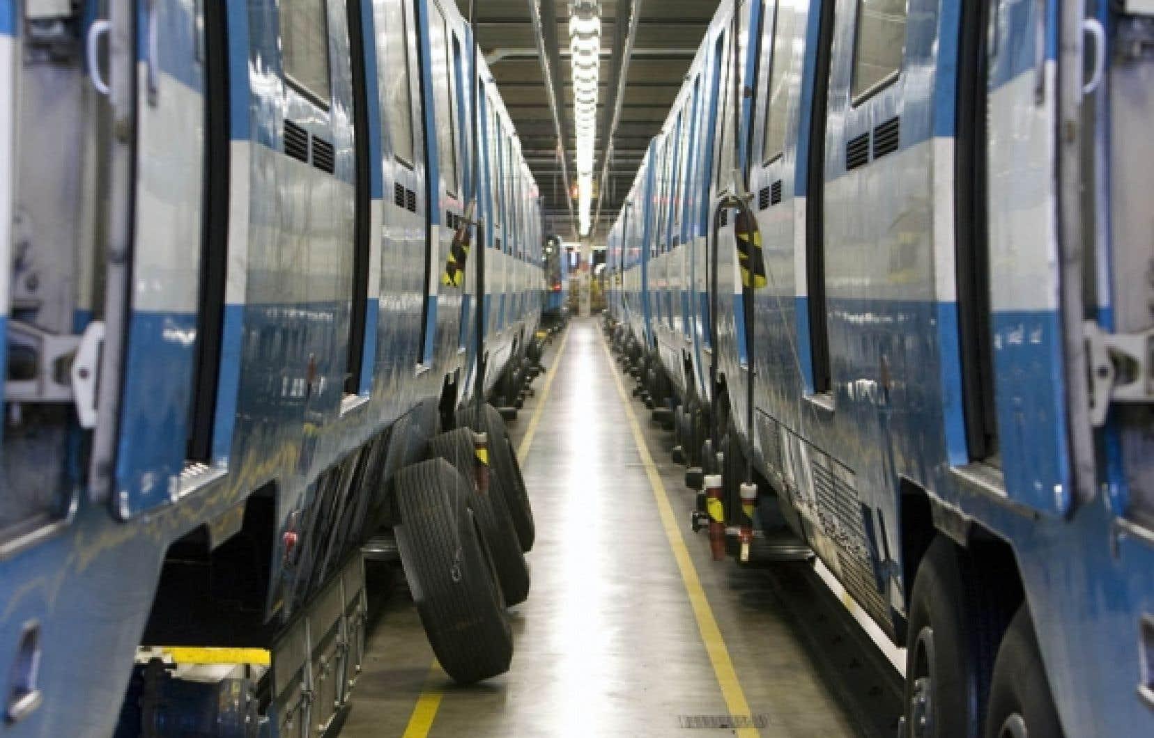 Des voitures de métro sont soumis à des travaux d'entretien dans les garages de la STM. Le nouvel organisme Transit entend suivre à la trace les politiques publiques en matière de transports.<br />