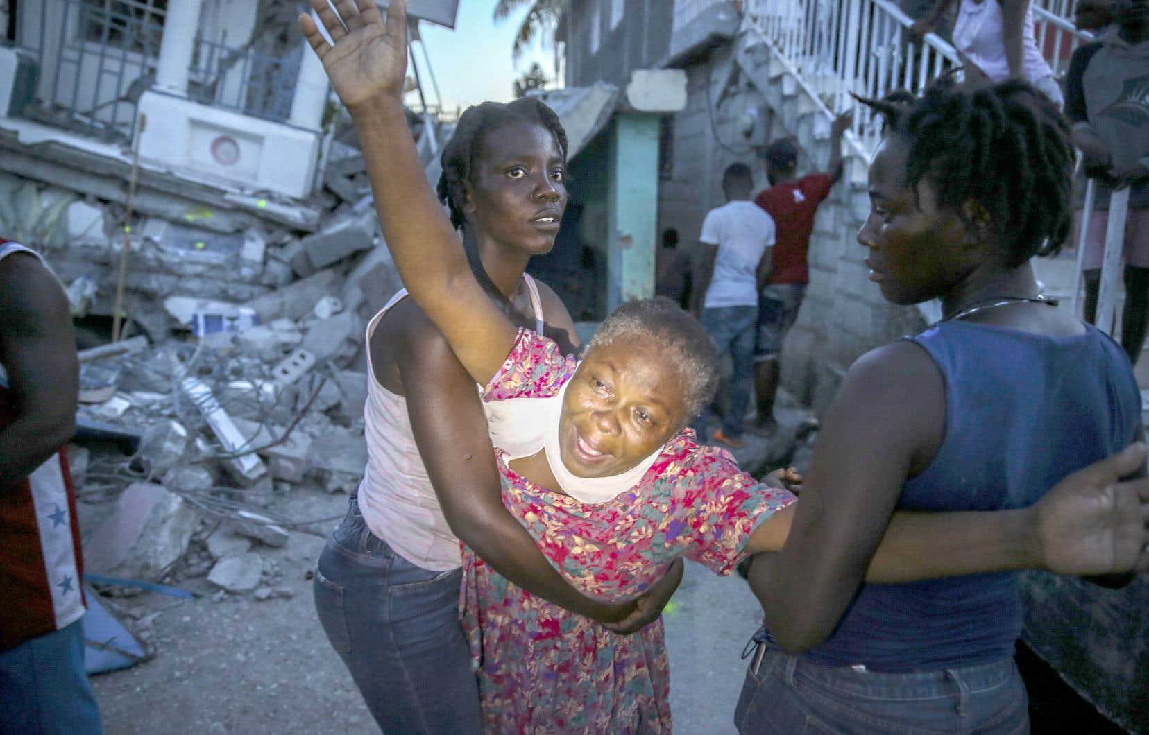 Cette catastrophe laisse des milliers de personnes sans abri ou à la recherche de proches disparus ou bloqués sous les décombres.