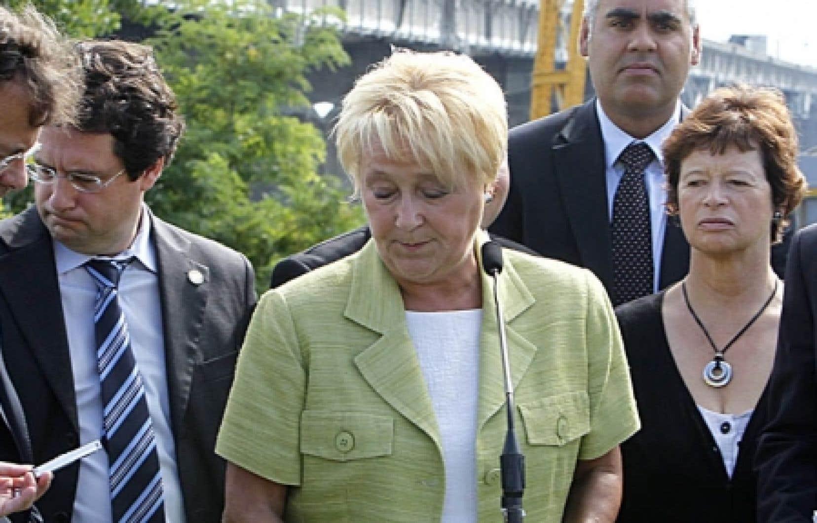 Depuis la démission fracassante de quatre députés phares du Parti québécois en juin dernier, le mouvement souverainiste se déchiquette tout en appelant à l'unité. Sur la photo, la chef du PQ, Pauline Marois, entourée de quelques membres de sa députation, au moment de réclamer, cette semaine, une intervention du fédéral dans la réfection du pont Champlain.
