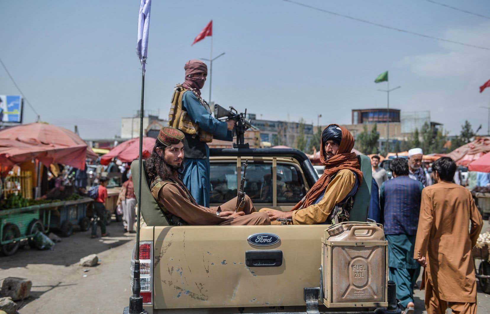 «Les talibans patrouillent dans la ville en petits convois. Ils n'importunent personne, mais bien sûr les gens ont peur», confie un commerçant de Kaboul. On les voit ici dans un marché du quartier deKote Sangi.