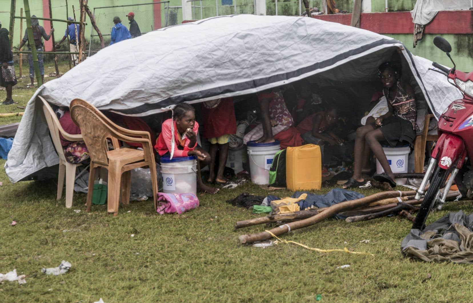 Dans la ville des Cayes, plus de 200 personnes ont commencé à bâtir mardi, sous un vent et une pluie persistants, des abris précaires sur un terrain de soccer. Tous sont sinistrés du tremblement de terre de magnitude 7,2 survenu samedi et qui, en quelques secondes, a réduit en poussière des dizaines de milliers d'habitations.