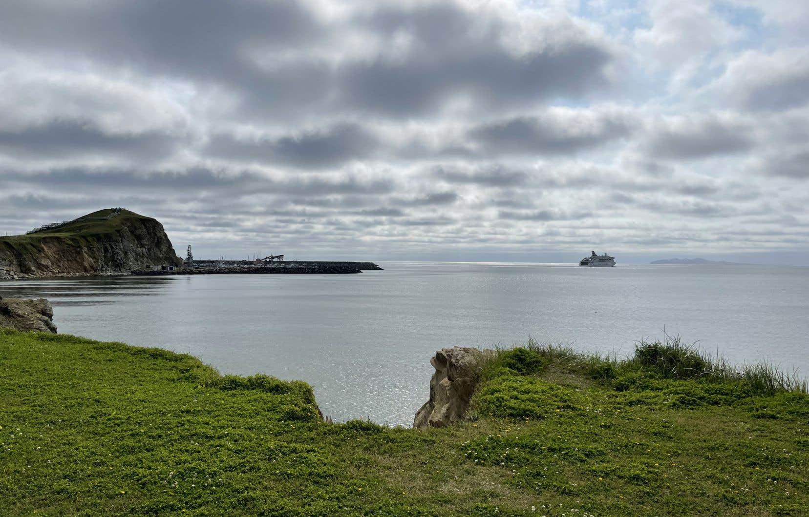 Le «Madeleine II» quittant Cap-aux-Meules, porte d'entrée de l'archipel