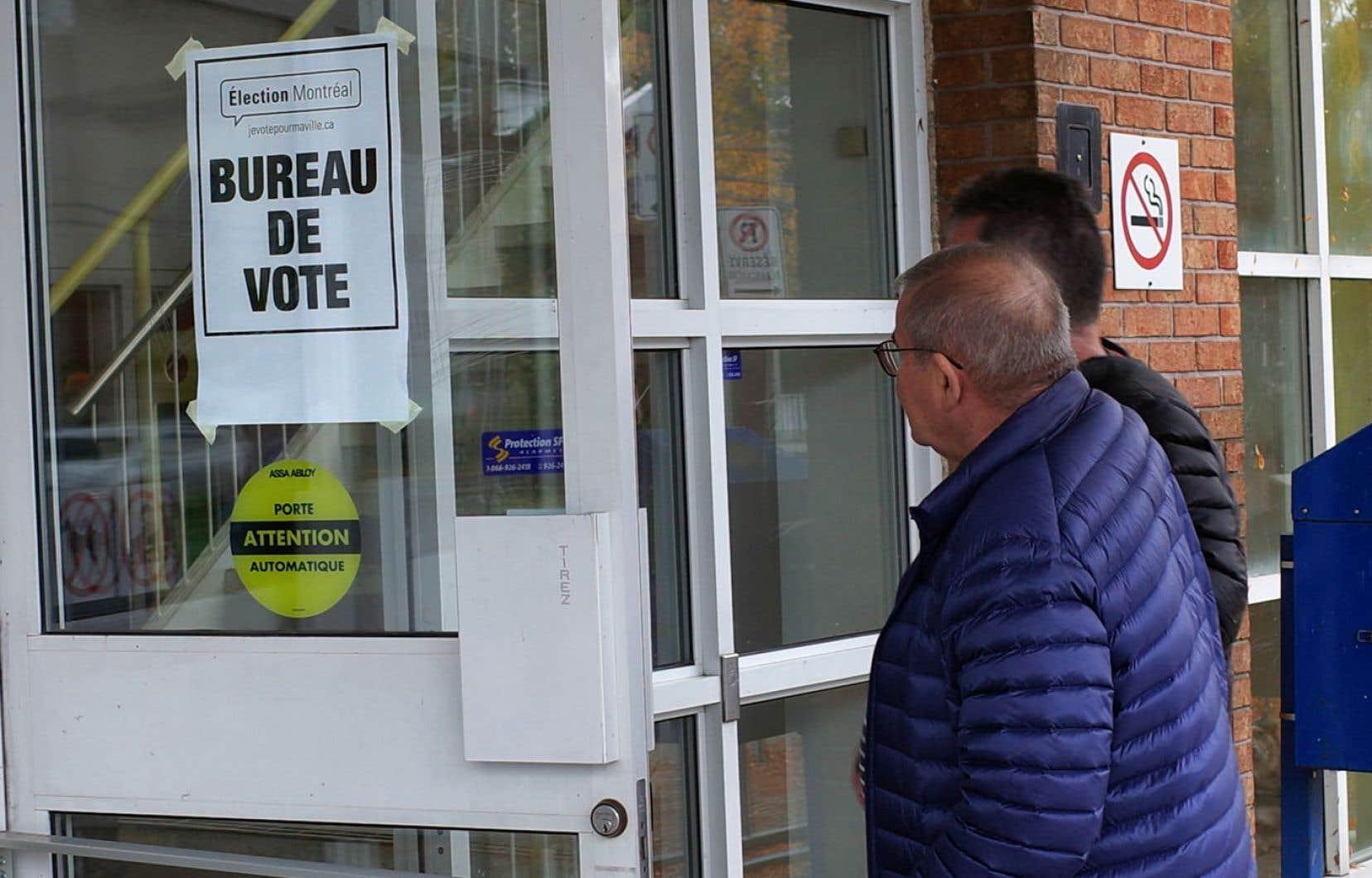 Le taux de participation aux élections municipales est beaucoup plus faible qu'aux paliers fédéral et provincial, même en temps normal: la moyenne québécoise se situe à 45%. Élections municipales Montréal.