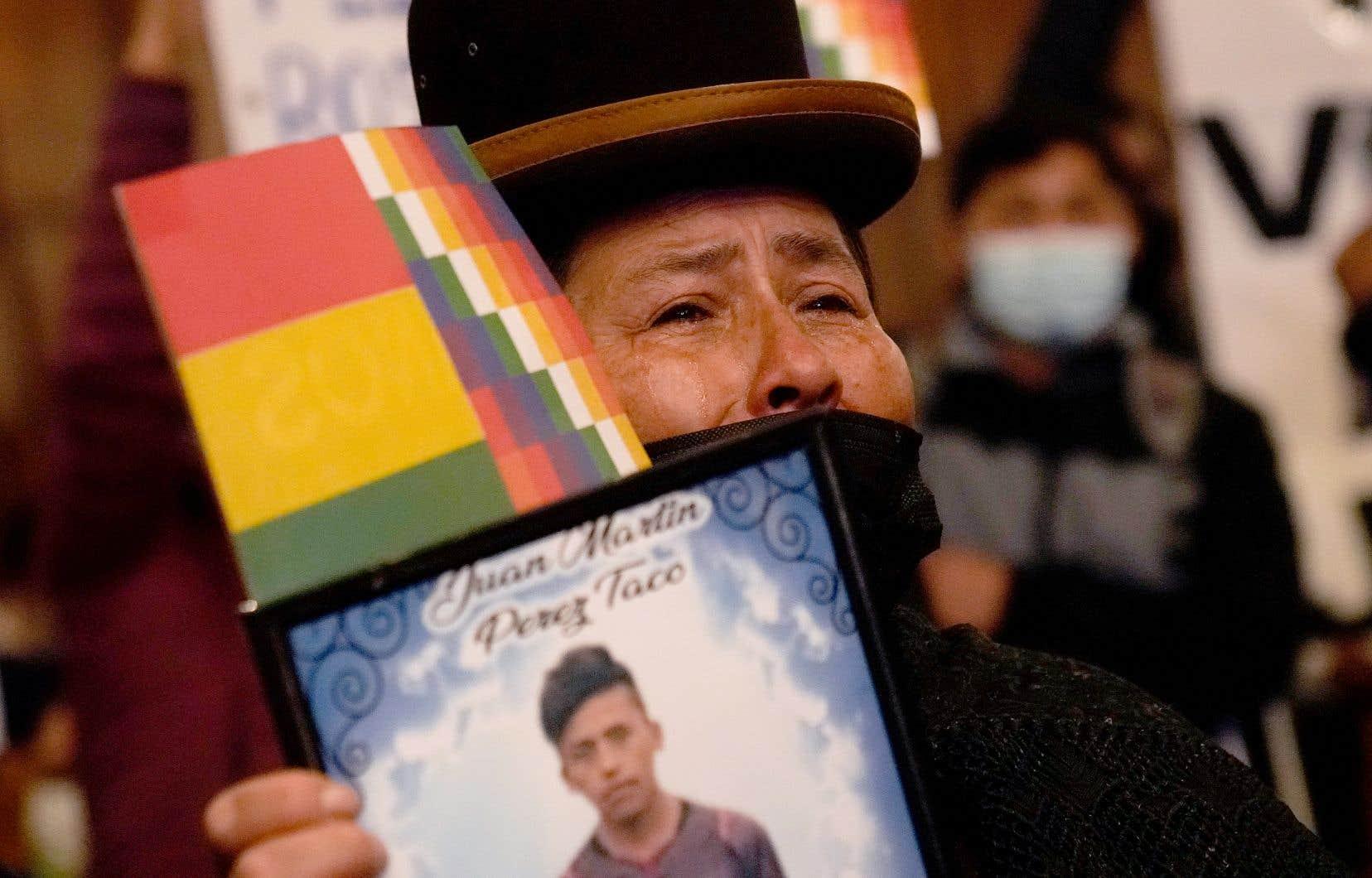 Une femme manifestait à La Paz mardi, portrait à la main d'un proche mort dans les violences.