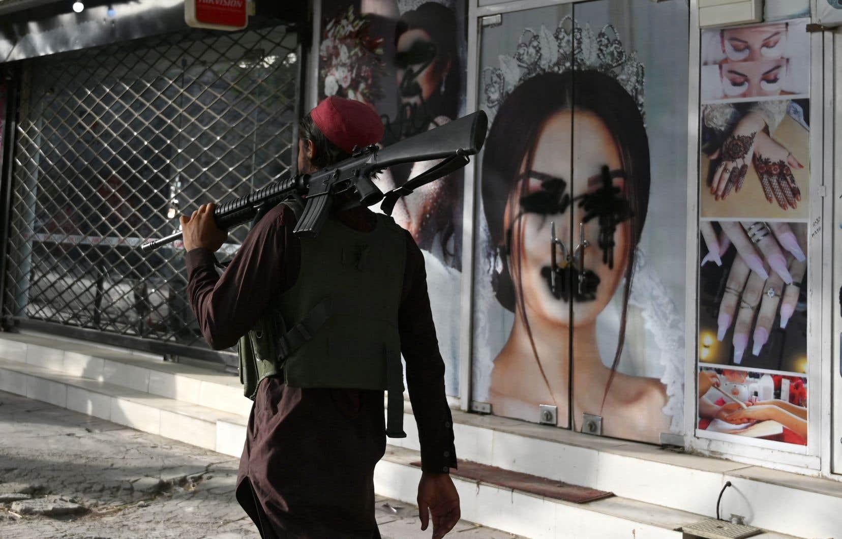 Les devantures de salons de beauté étaient couvertes de peinture noire afin de dissimuler les visages des mannequins.