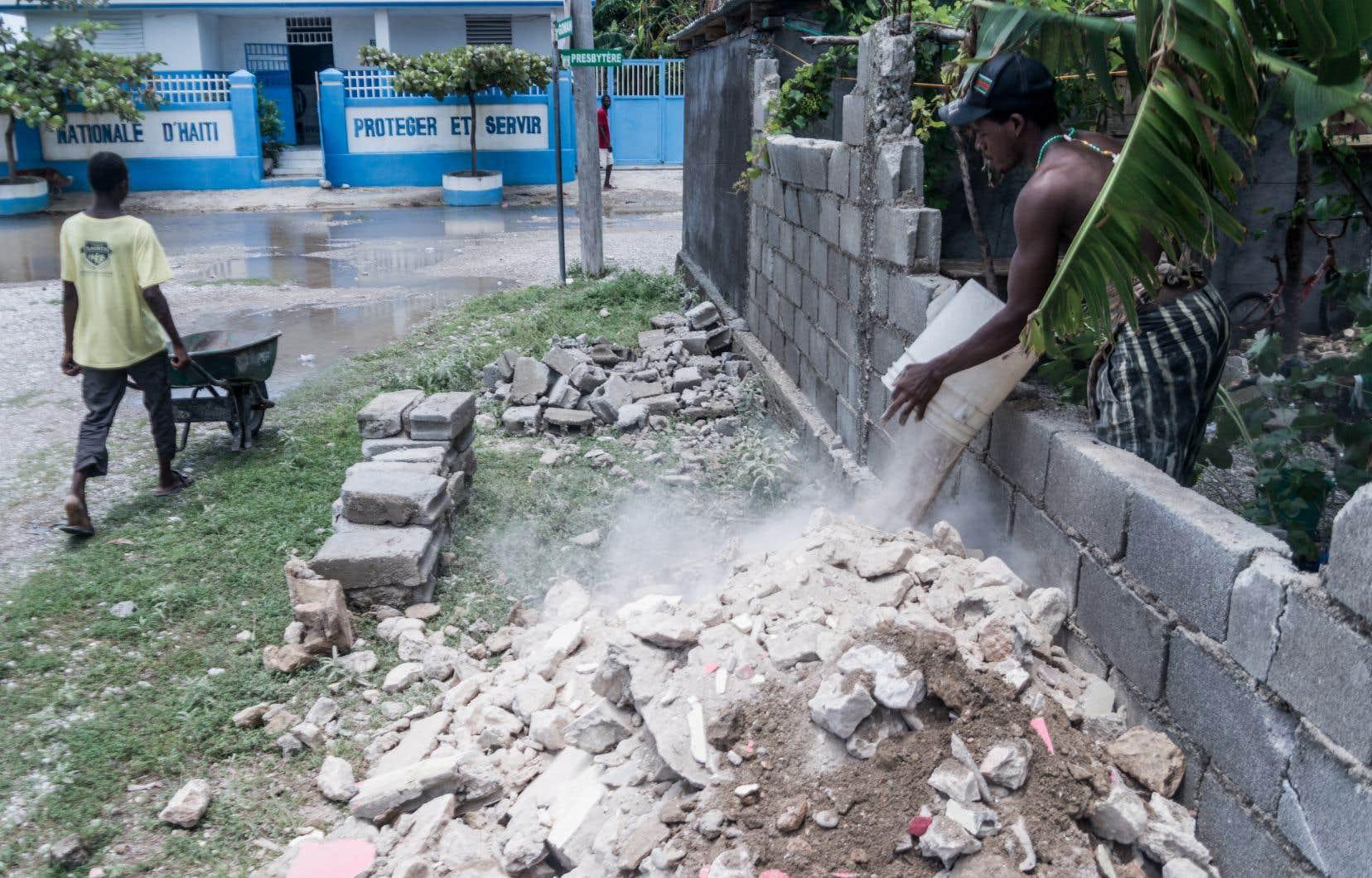 Selon la Protection civile haïtienne, le bilan du tremblement de terre s'élevait mercredi soir à 2189 morts, 332 disparus et plus de 12000 blessés.
