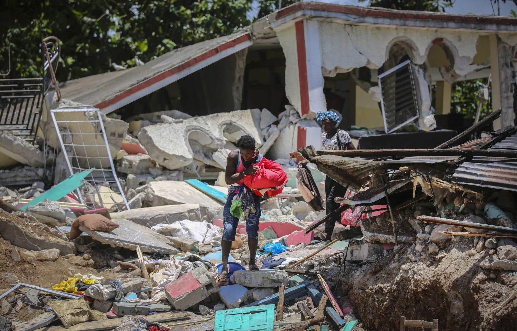 Avec près de 53000 maisons entièrement détruites et plus de 77000 autres endommagées dans la catastrophe du 14août, la priorité des autorités et des acteurs humanitaires est d'éviter la concentration de personnes dans de grands camps informels.