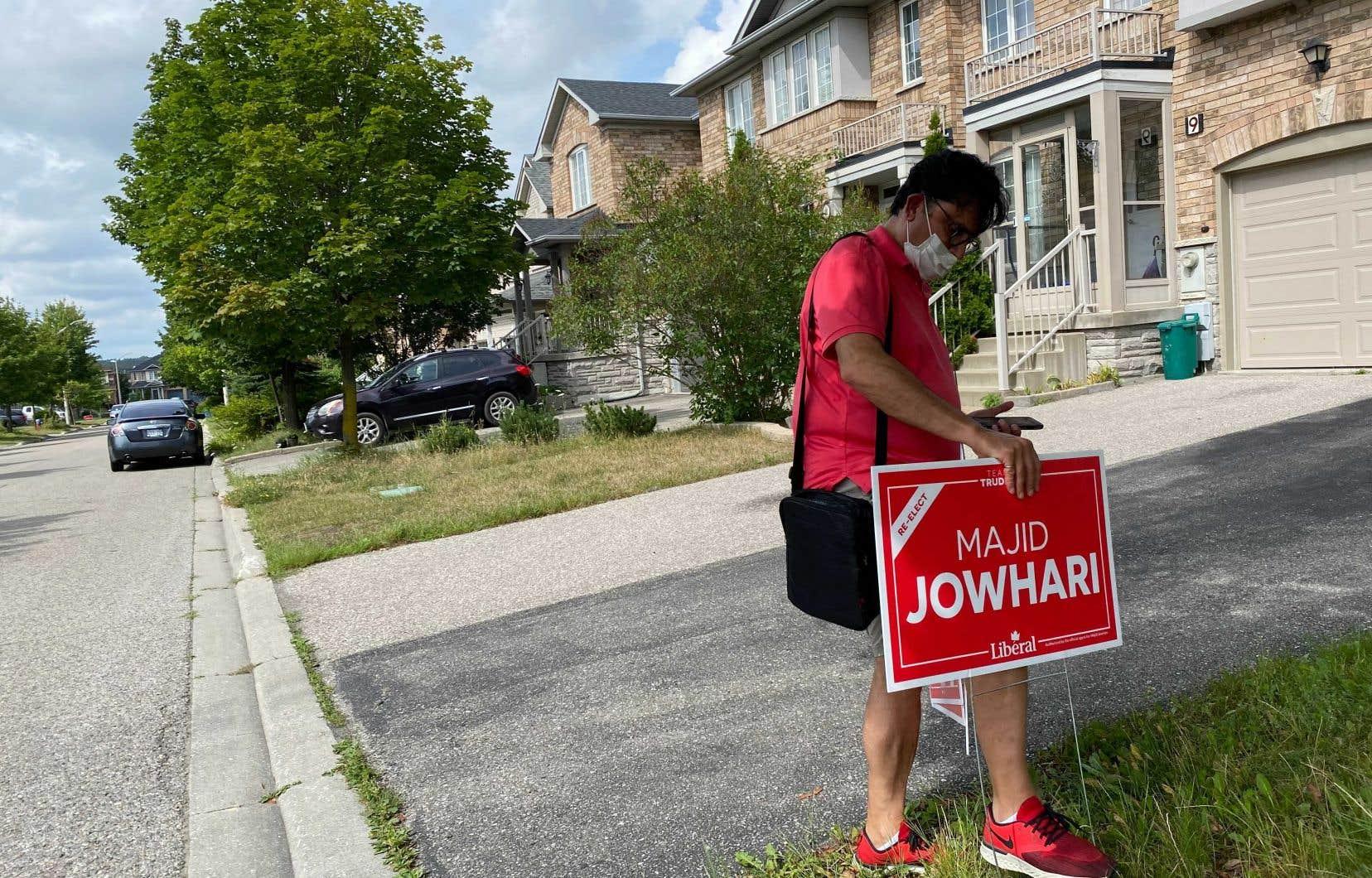 Le député libéral Majid Jowhari, qui a remporté en 2019 la circonscription de Richmond Hill par seulement 212 voix, faisait du porte-à-porte mercredi. Sa  banlieue figure parmi les luttes les plus chaudement disputées du Grand Toronto.