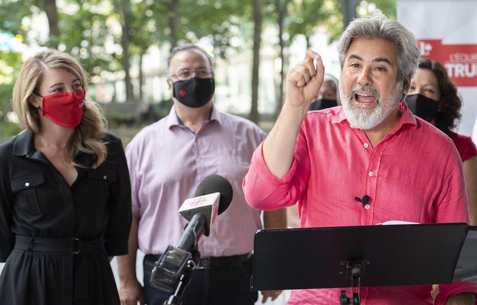 Le leader parlementaire des libéraux fédéraux, Pablo Rodriguez, lors d'un point de presse, samedi après-midi, à Montréal, avec, accompagné, à gauche, de la ministre du Développement économique et candidate dans Ahuntsic-Cartierville, Mélanie Joly.