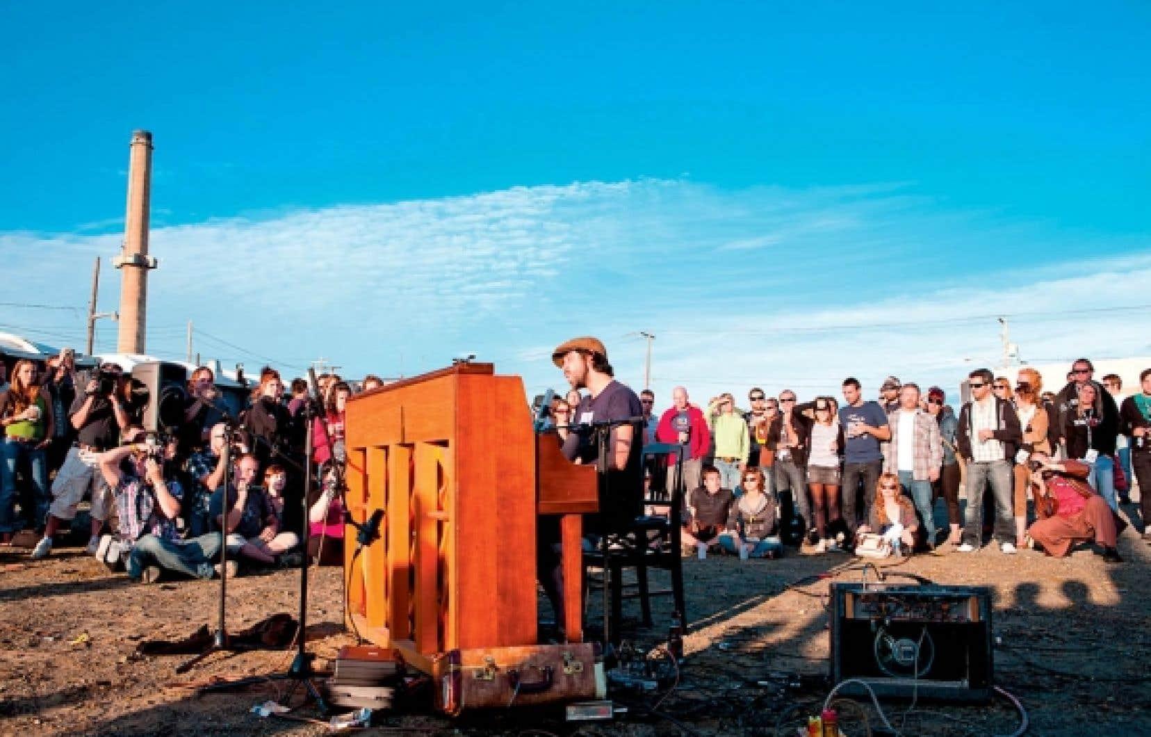 Patrick Watson au piano, lors de son concert présenté samedi aux abords de la fonderie Horn, à Rouyn-Noranda.
