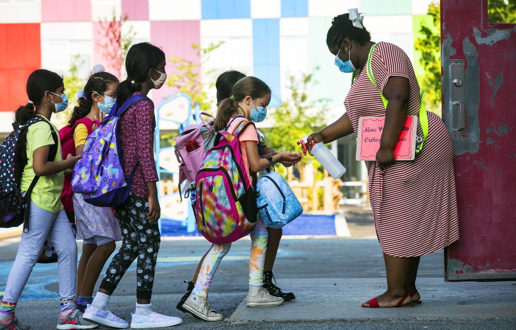 Des milliers d'enfants étaient ravis de retrouver leurs amis dans la cour d'école, jeudi.