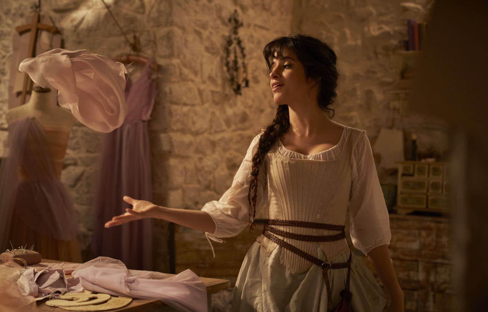La chanteuse pop Camila Cabello incarne pour son baptême cinématographique une princesse déshéritée dans «Cendrillon».