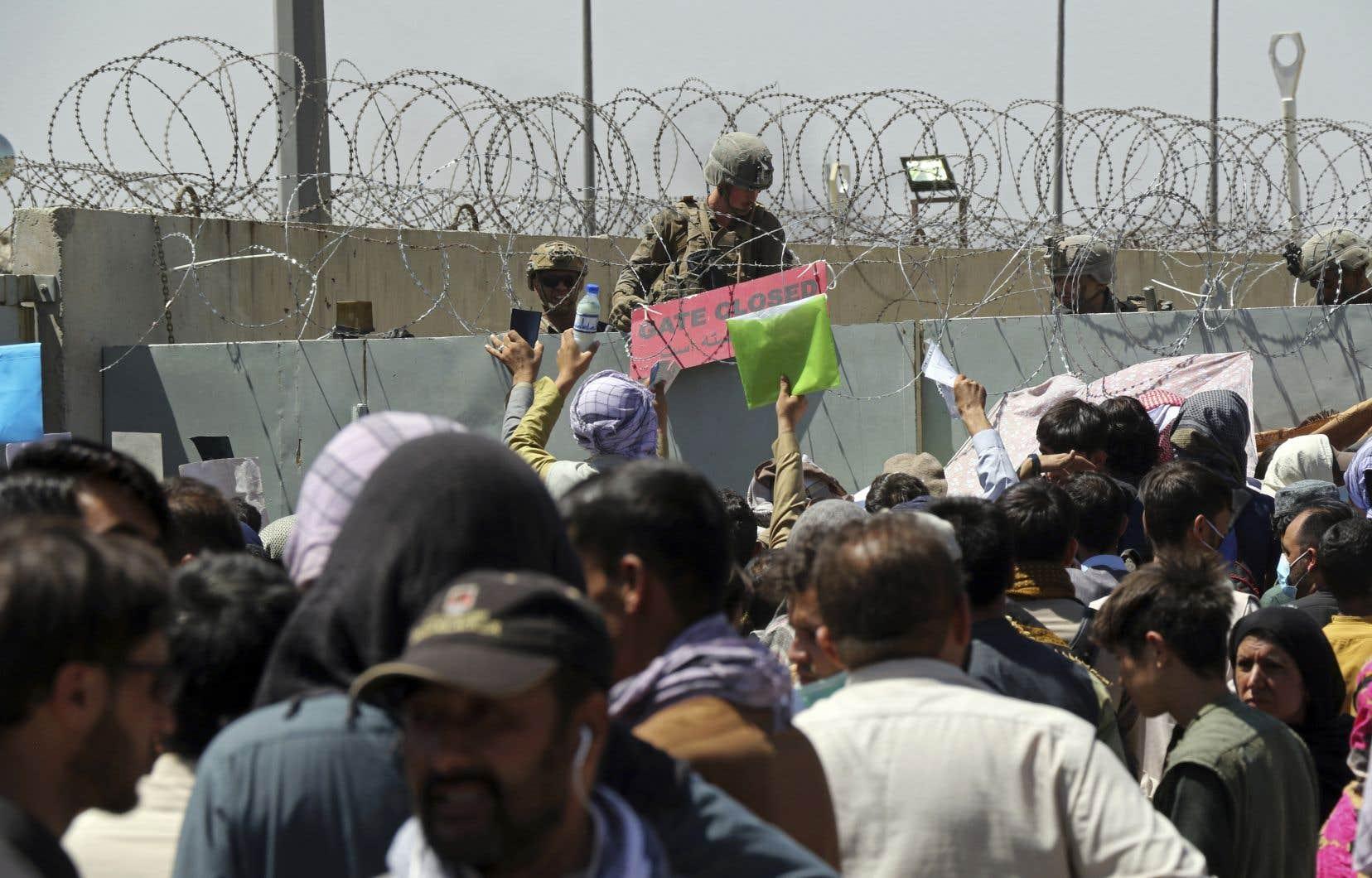 Chaque jour, des membres de la famille de Zabiullah Ameri se rendent, ainsi que des milliers d'autres, aux portes de l'aéroport de Kaboul dans l'espoir qu'on les laisse passer. En vain.