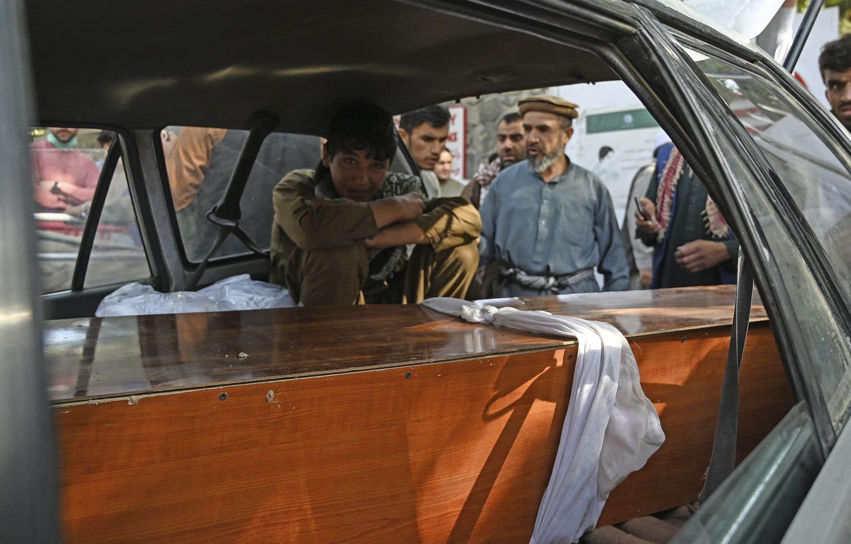 Les attentats à la bombe de jeudi près de l'aéroport ont tué au moins 95 Afghans et 13 soldats américains, ont déclaré des responsables des deux pays.
