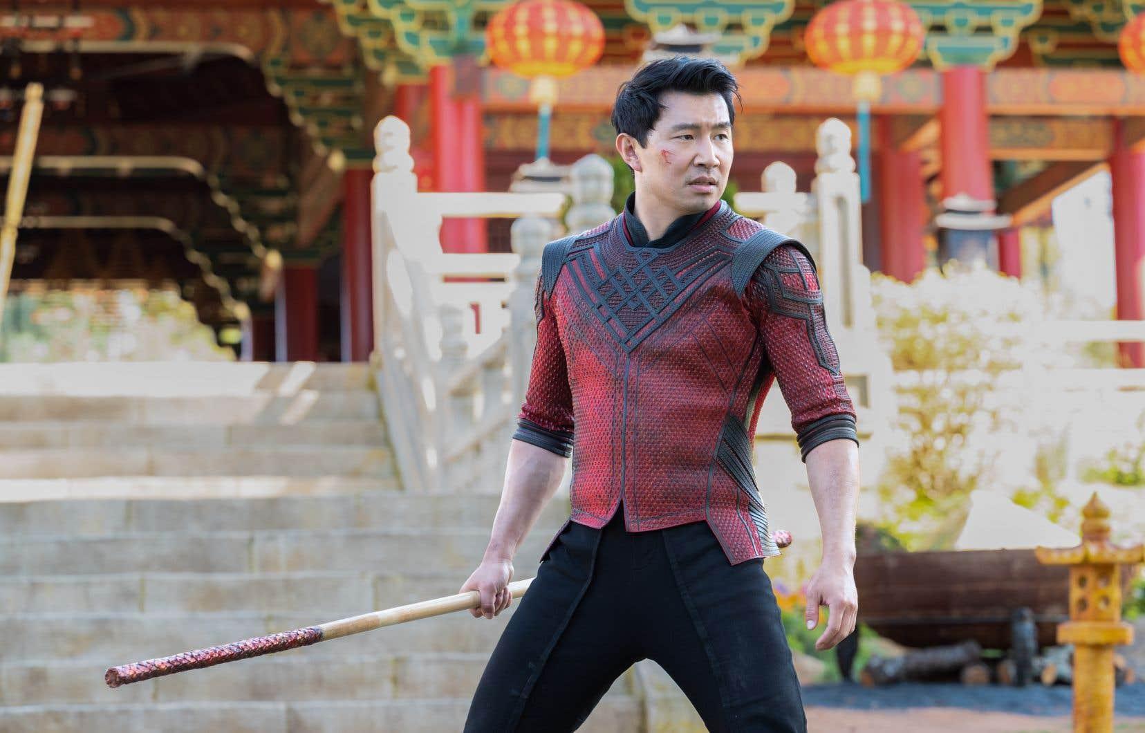 L'acteur canadien de 32 ans Simu Liu incarne le superhéros Shang-Chi avec le dosage parfait de gravité,  d'humour et  de charisme.